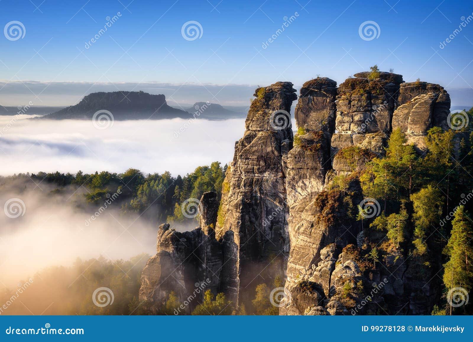 Mountain View rochoso durante a estação do outono Nascer do sol nevoento em Bastei, Alemanha