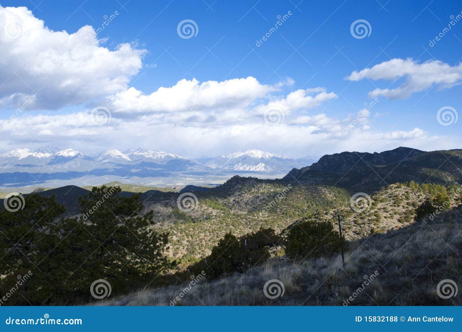 Mountain View vasto com sombras da luz solar e da nuvem