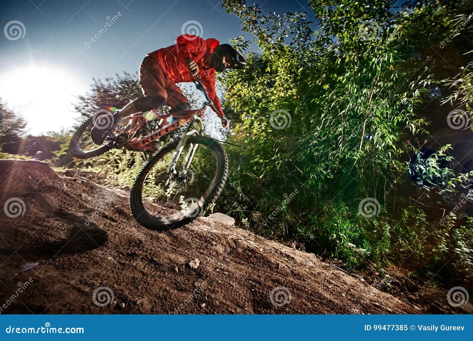 Mountainbikecyklist som av rider vägen