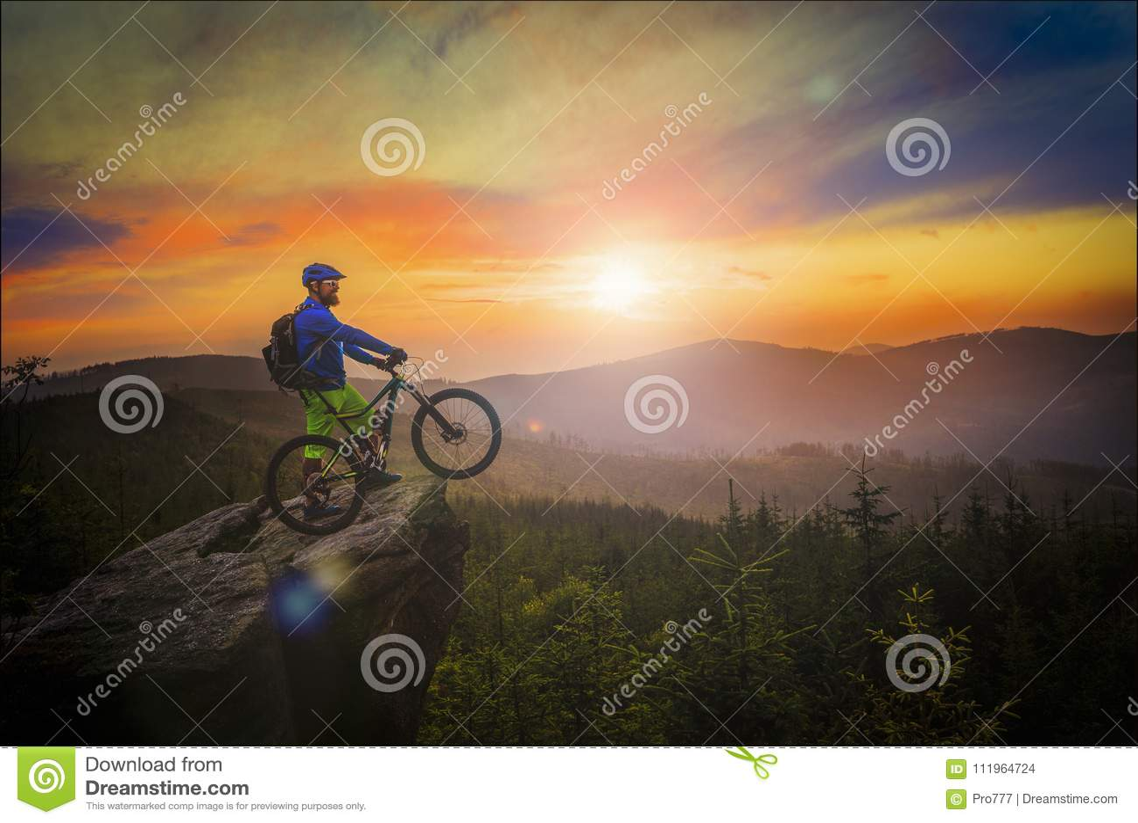 Mountainbikerreiten bei Sonnenuntergang auf Fahrrad in den Sommerbergen Vorder