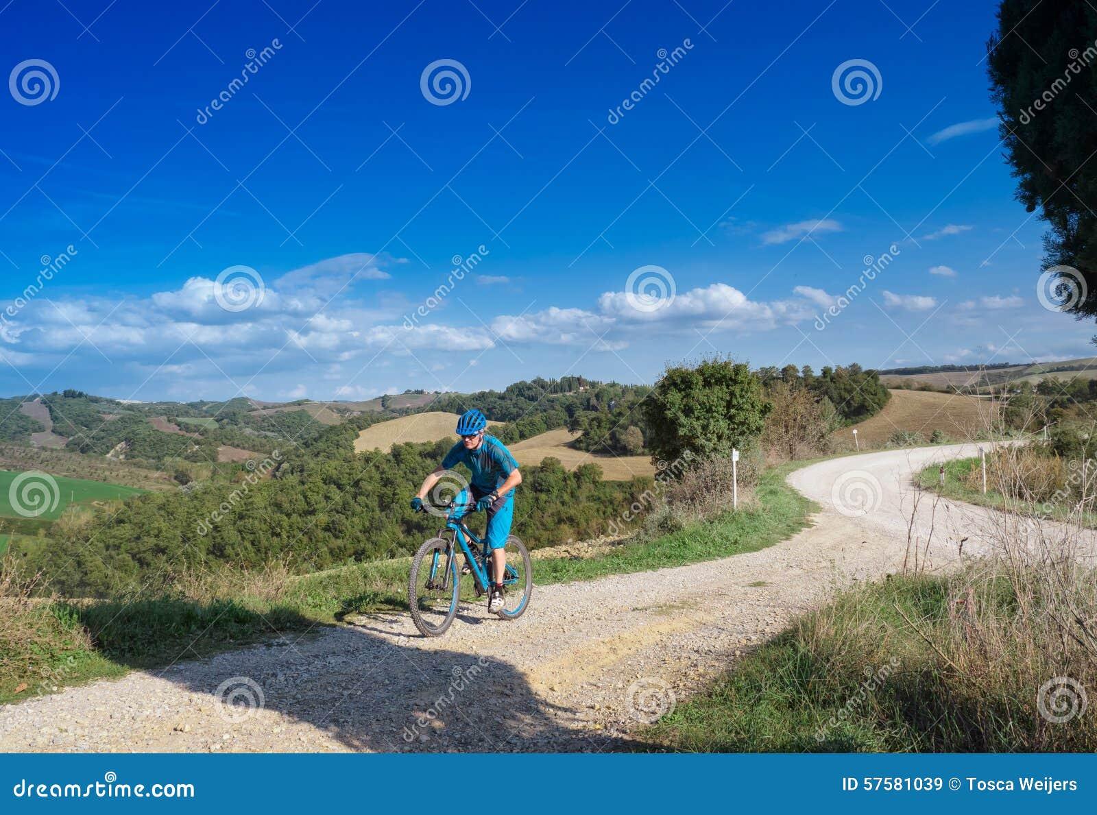 Mountainbikerreiten durch toskanische Landschaft