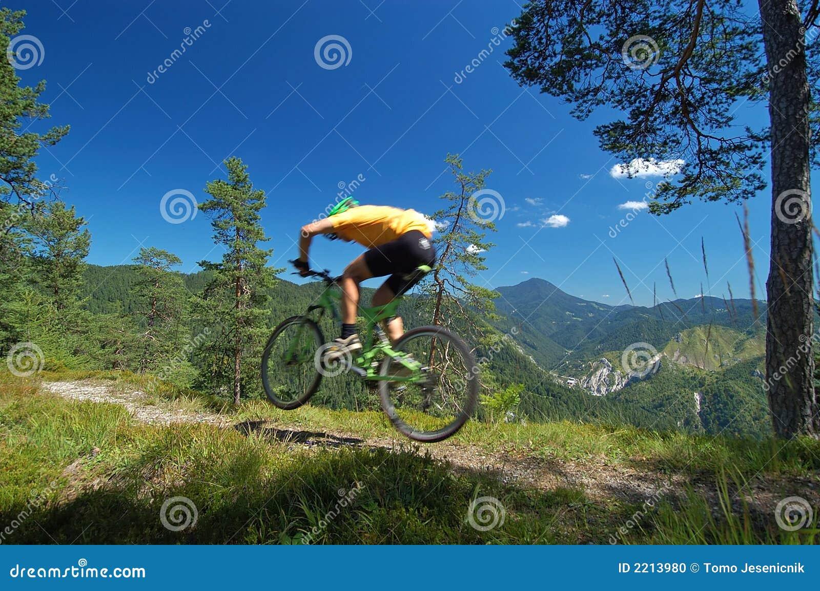 Mountainbikers jump