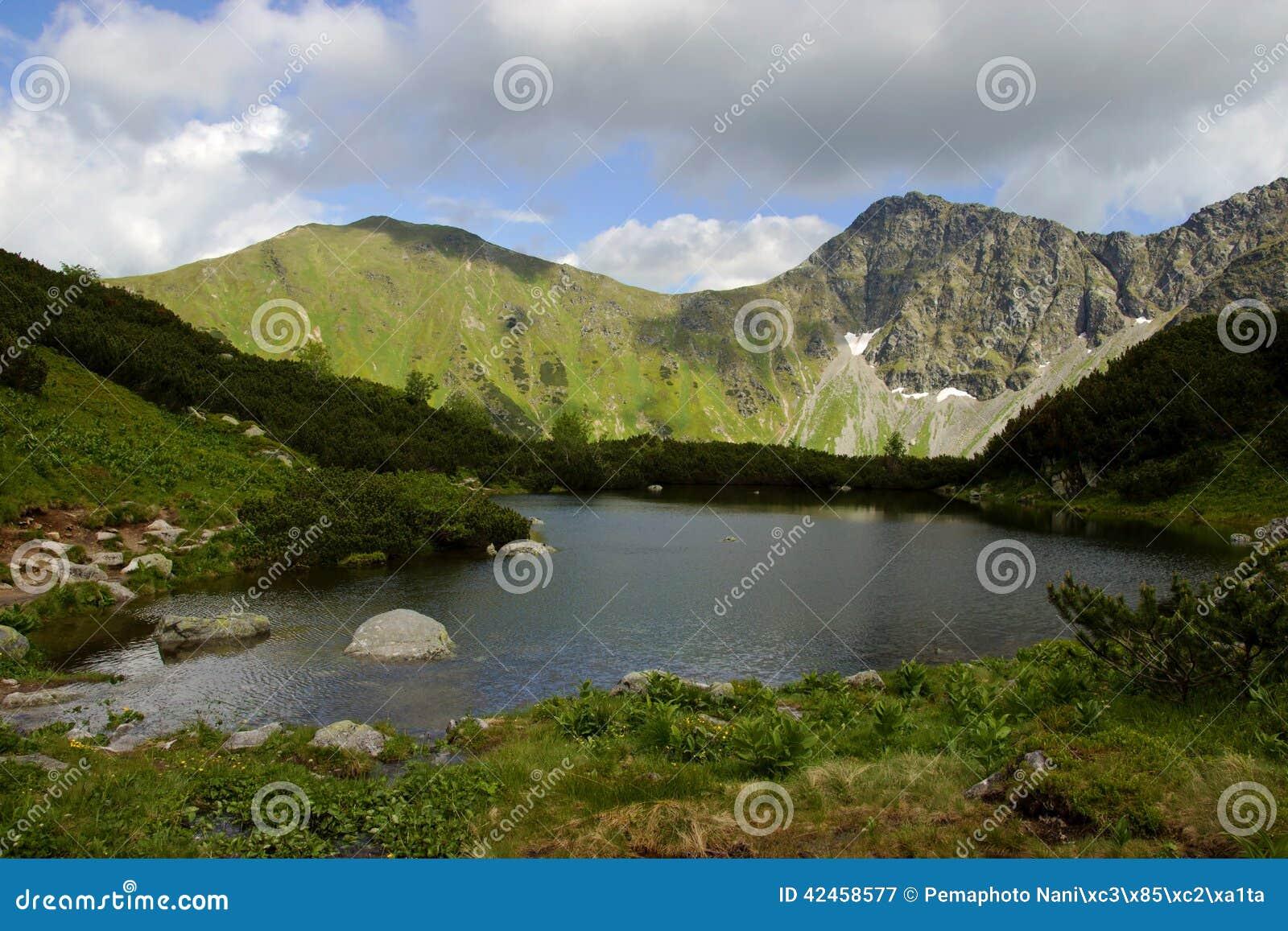 Mountainsee umgeben durch Hügel