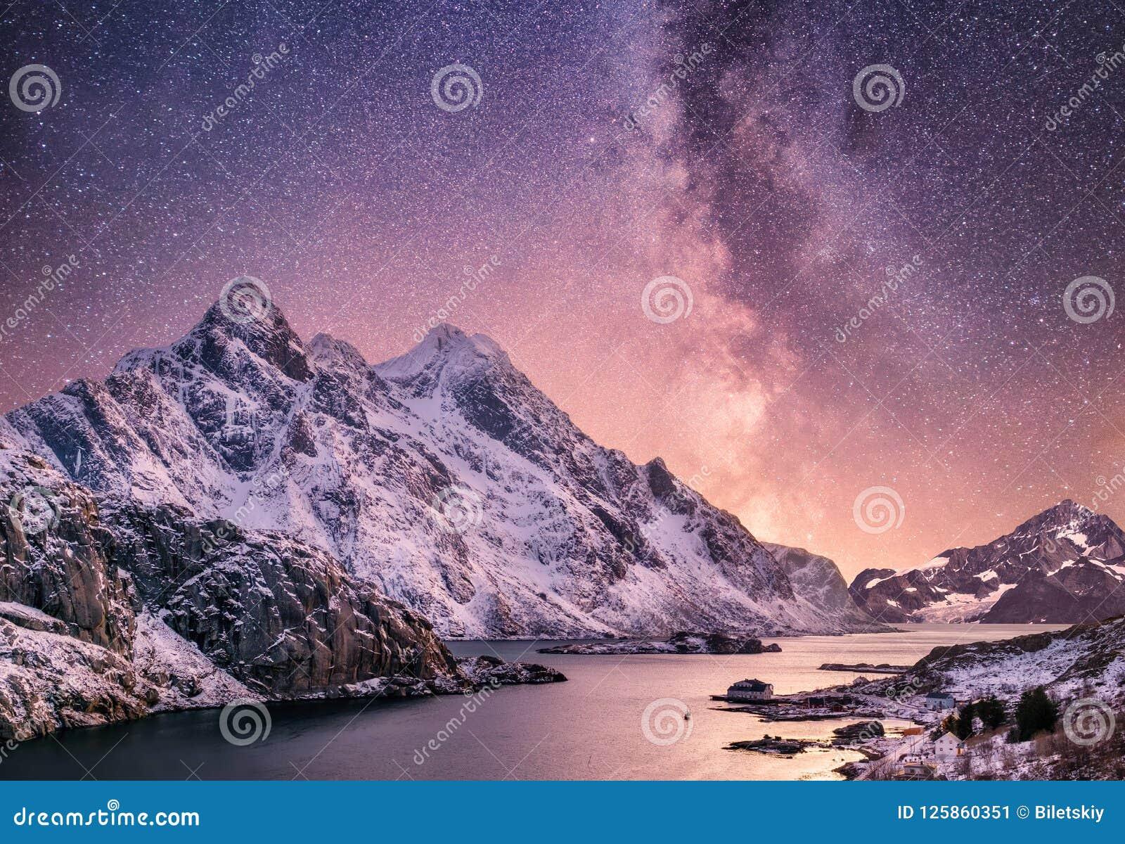 Mountans och reflexionen på vattnet ytbehandlar på nattetiden Havsfjärd och berg på nattetiden Mjölkaktig väg ovanför berg