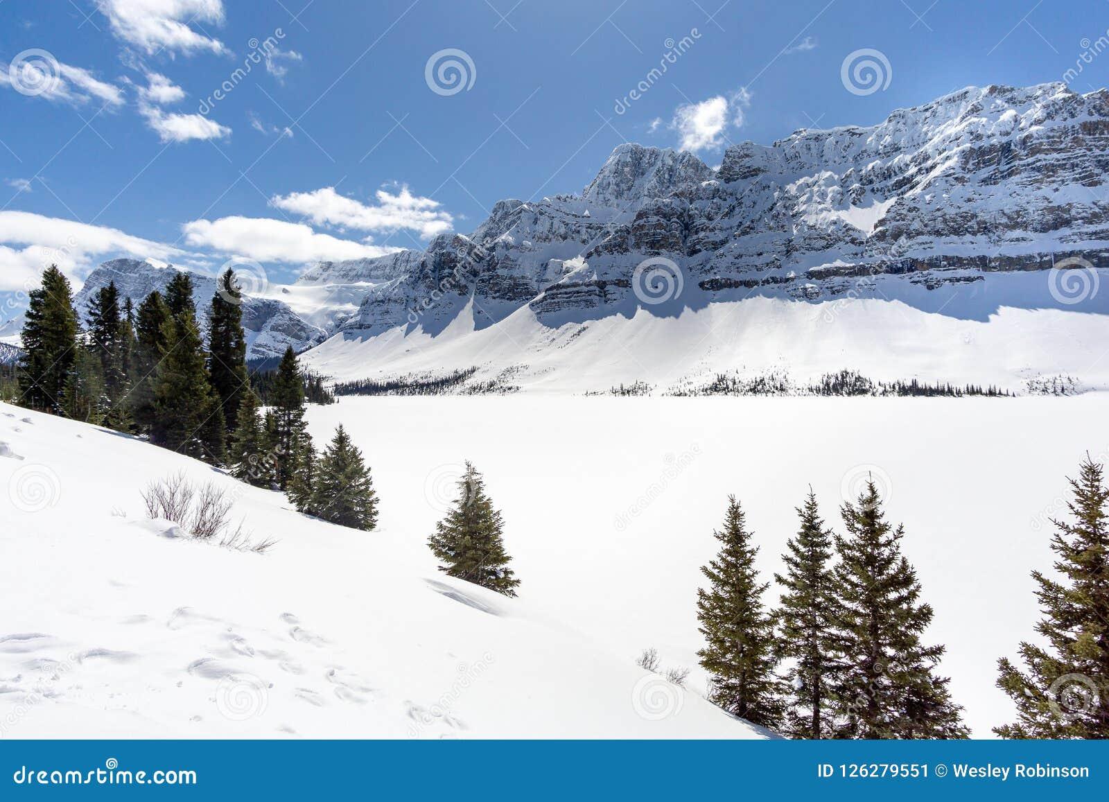 Mountian alpino sopra il lago congelato