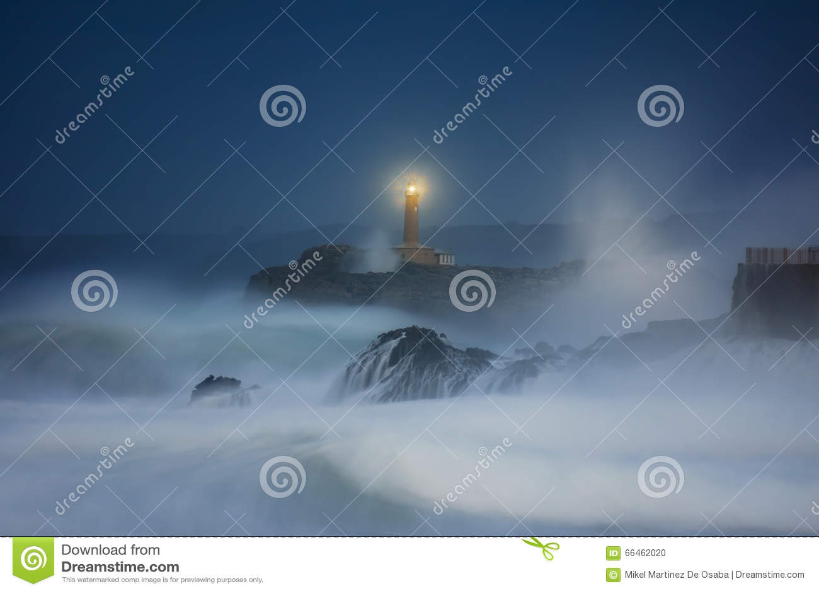 Mouro灯塔在桑坦德在晚上