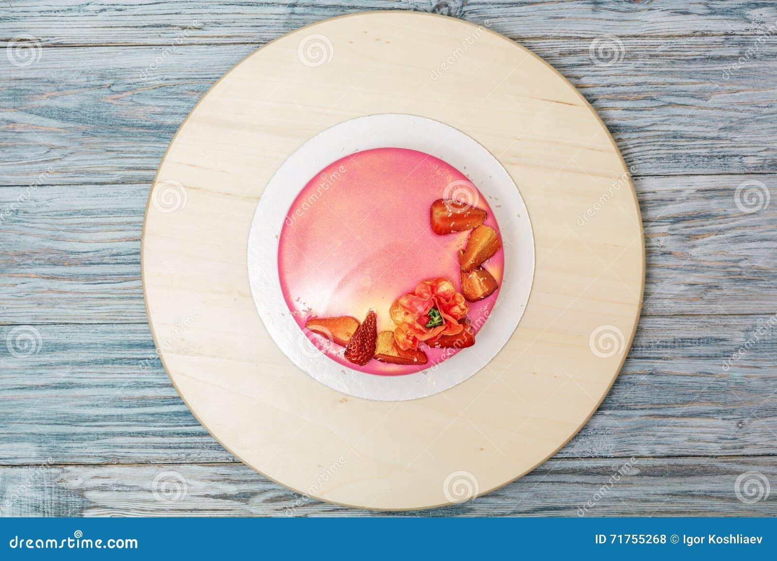 Mousse κέικ που διακοσμείται με τις φράουλες
