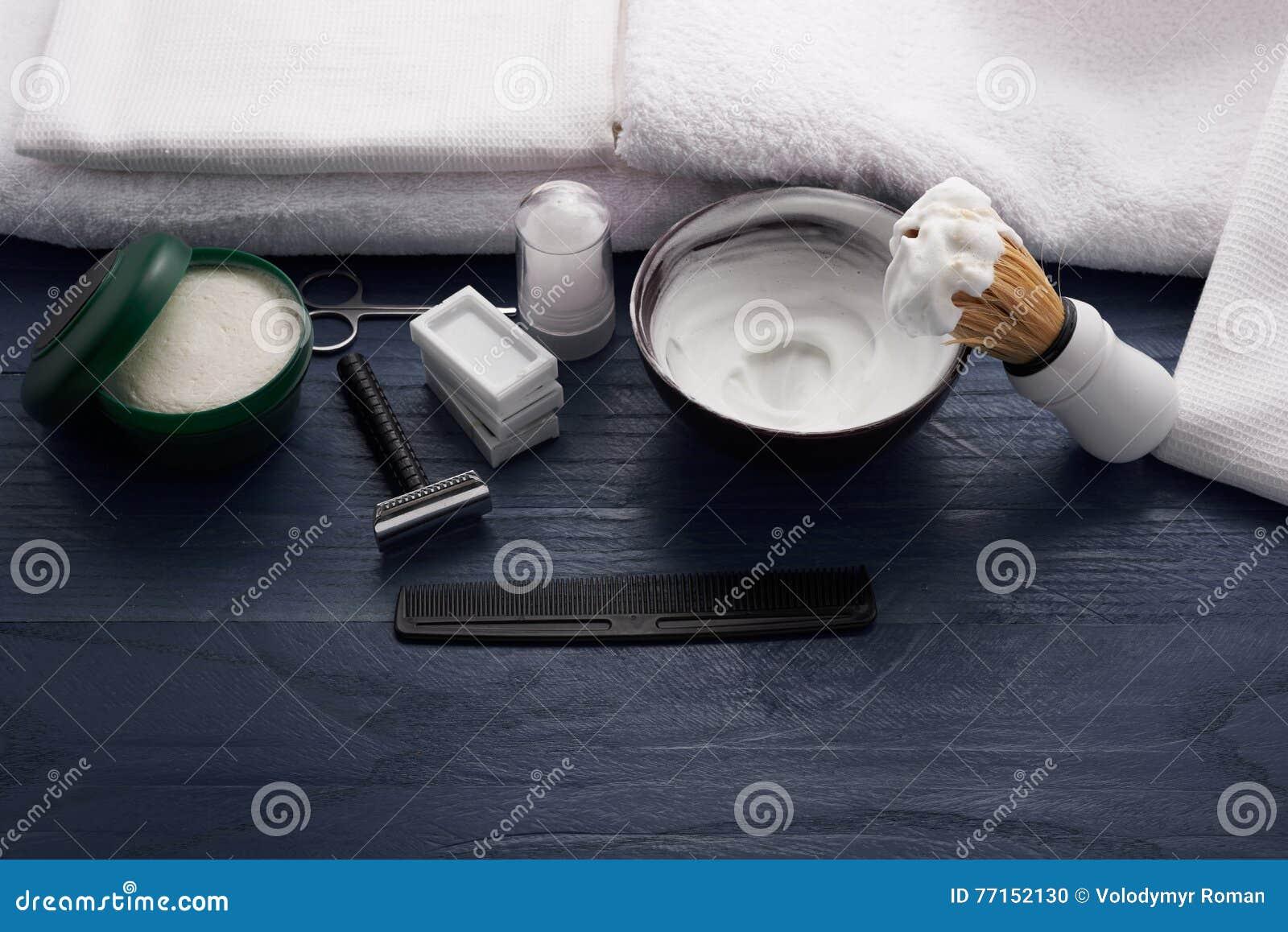 Mousse, brosse de rasage et rasage de la lame