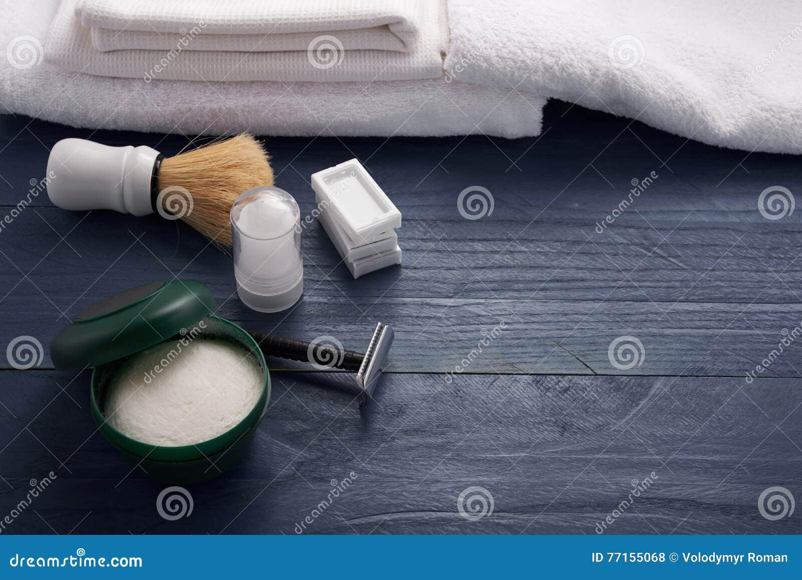 Mousse, brosse de rasage et rasage de la lame sur la table