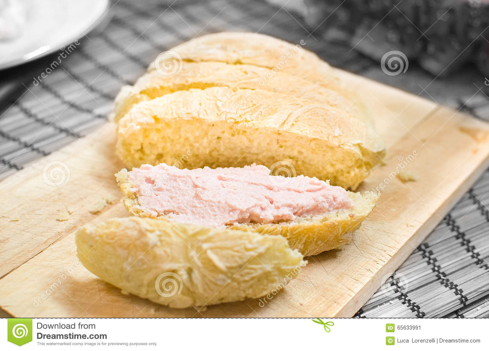 Mousse tartinable de rose de Bologna de mortadelle sur des tranches de pain
