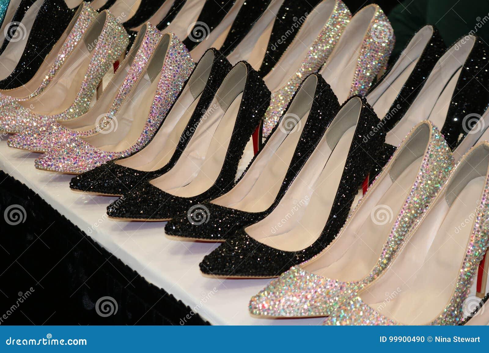Mousserande rad av skor för hög häl för bergkristall