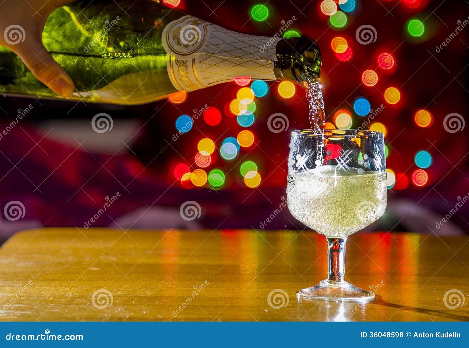 Mousserande vin hälls in i exponeringsglaset