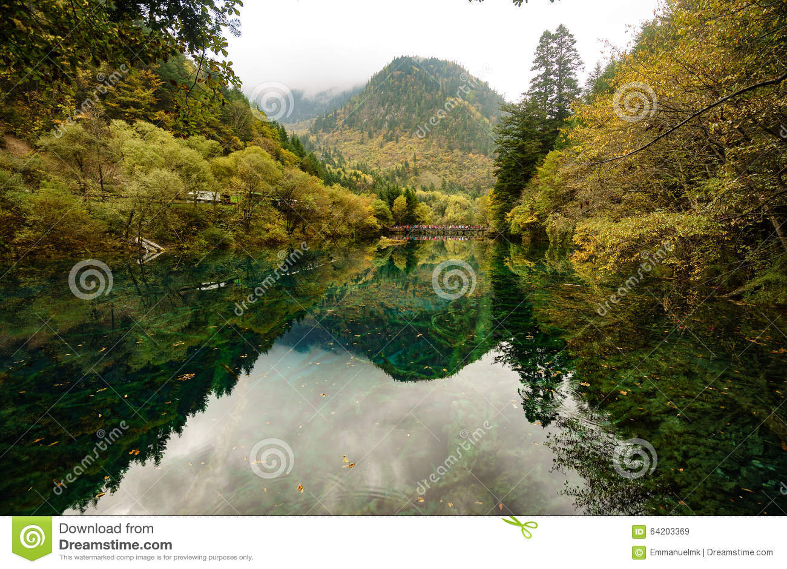 Moutains y lagos en el valle Jiuzhaigou