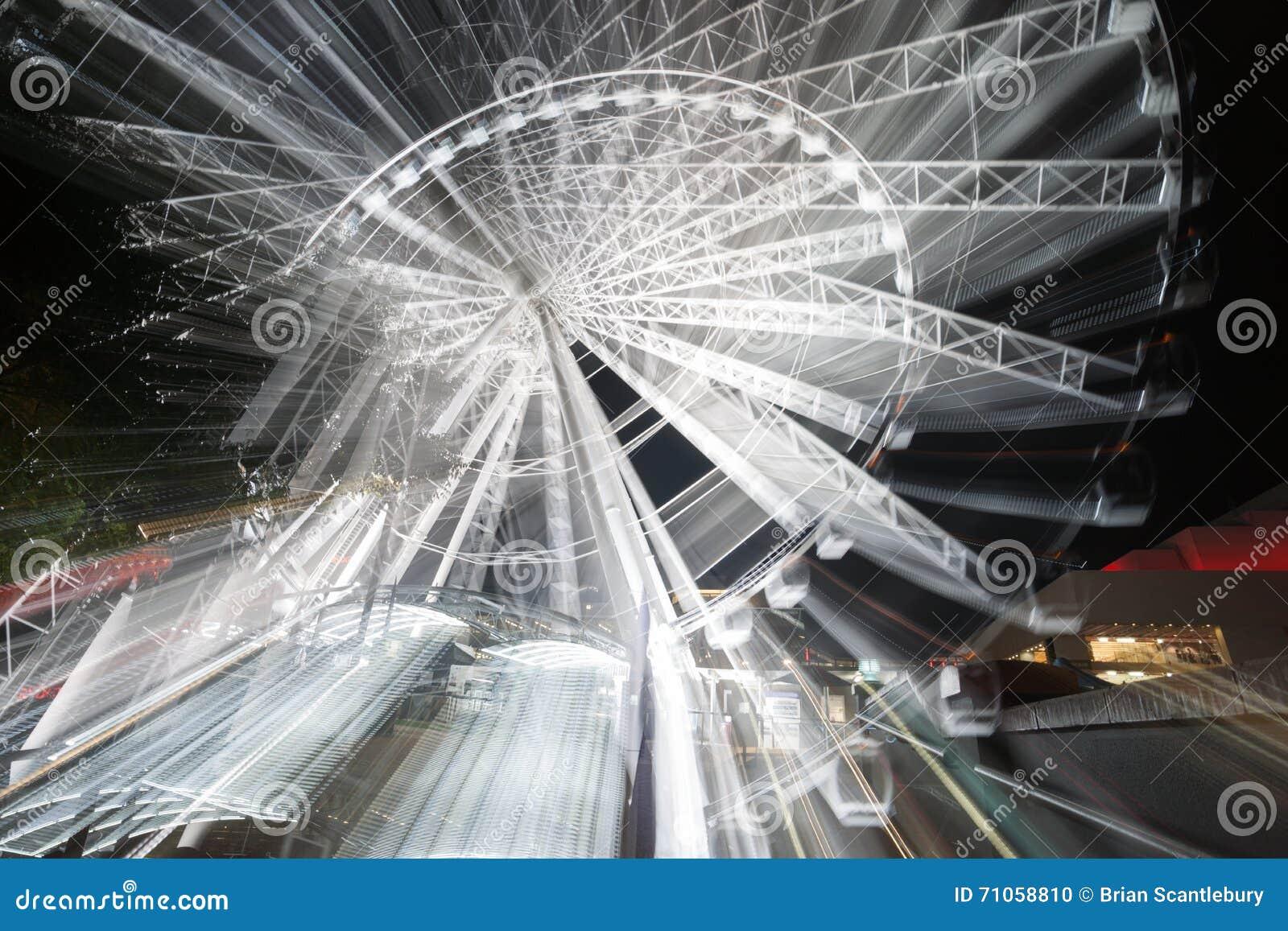 Mouvement abstrait de roue de ferris de rotatinmg la nuit