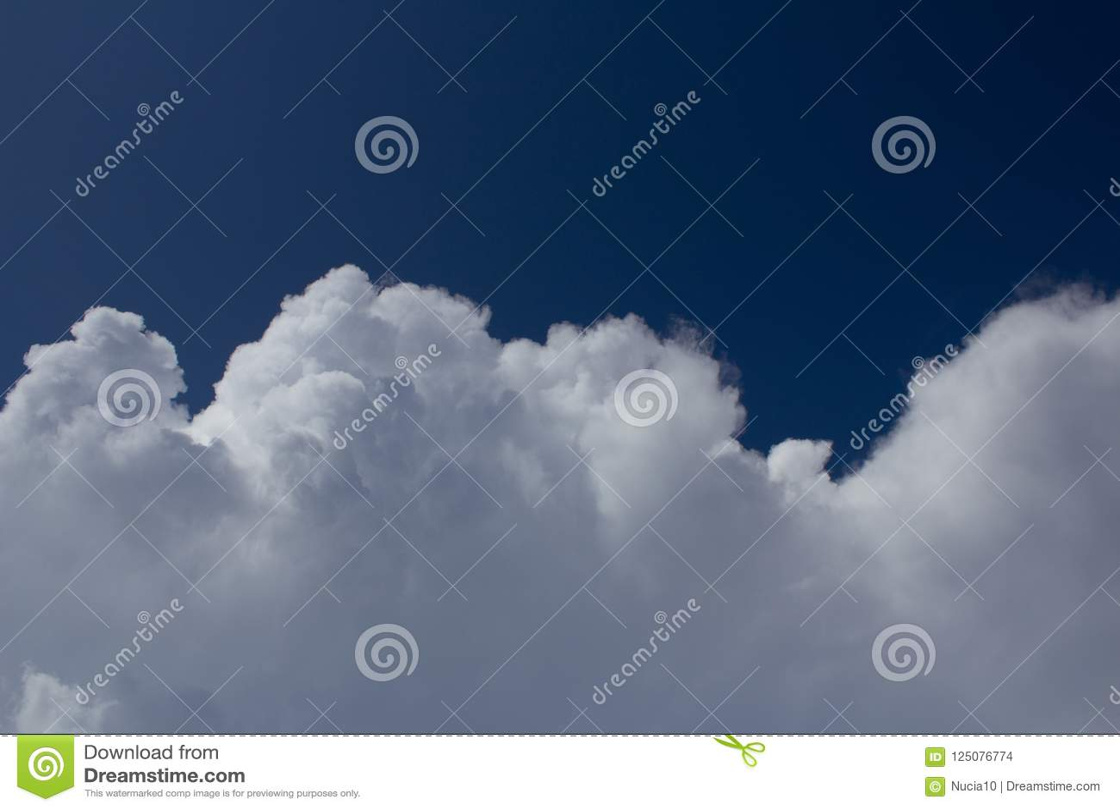 Mouvement blanc de cumulus sur le ciel bleu-foncé
