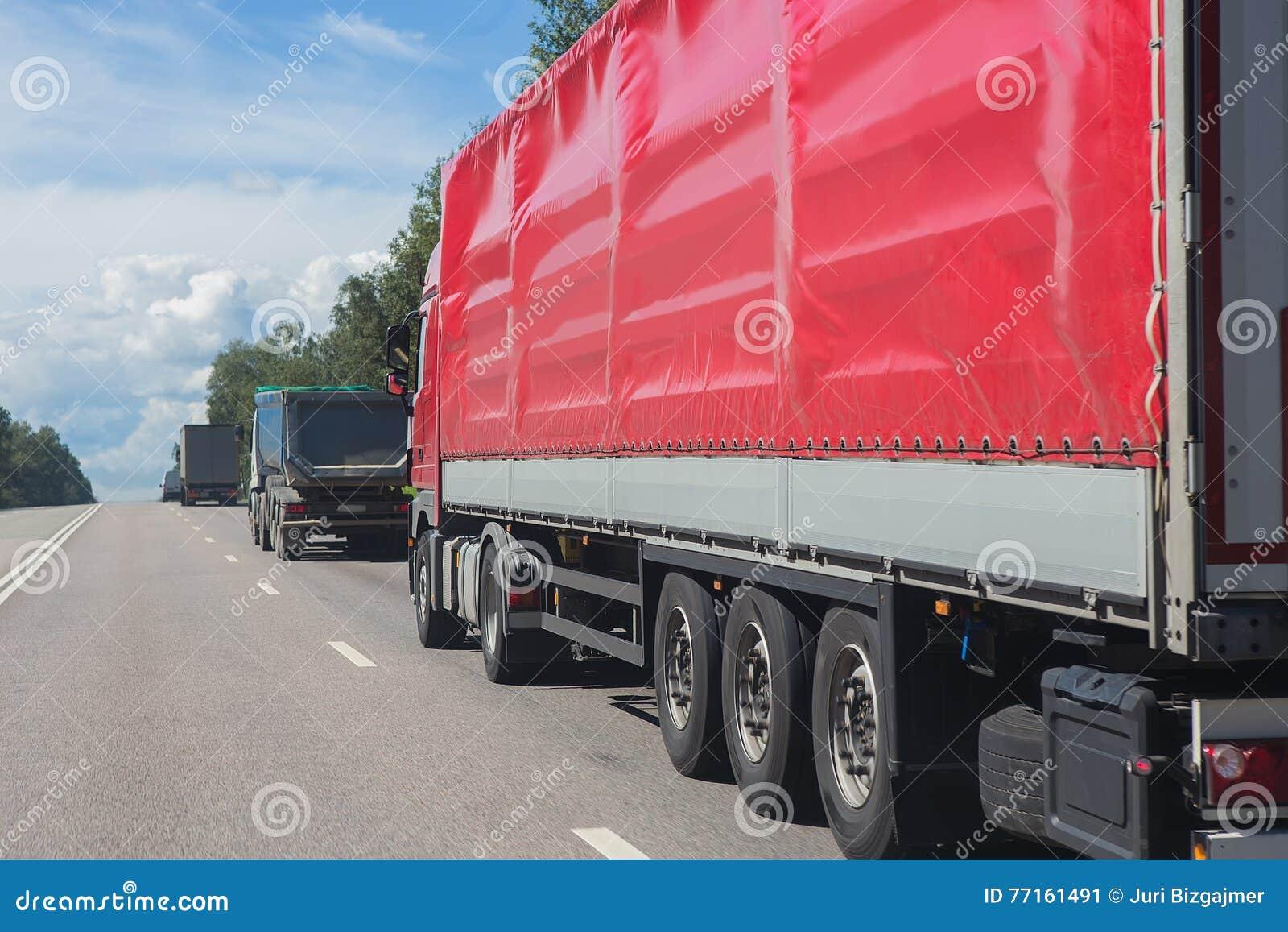 Mouvement de camions dessus sur la route
