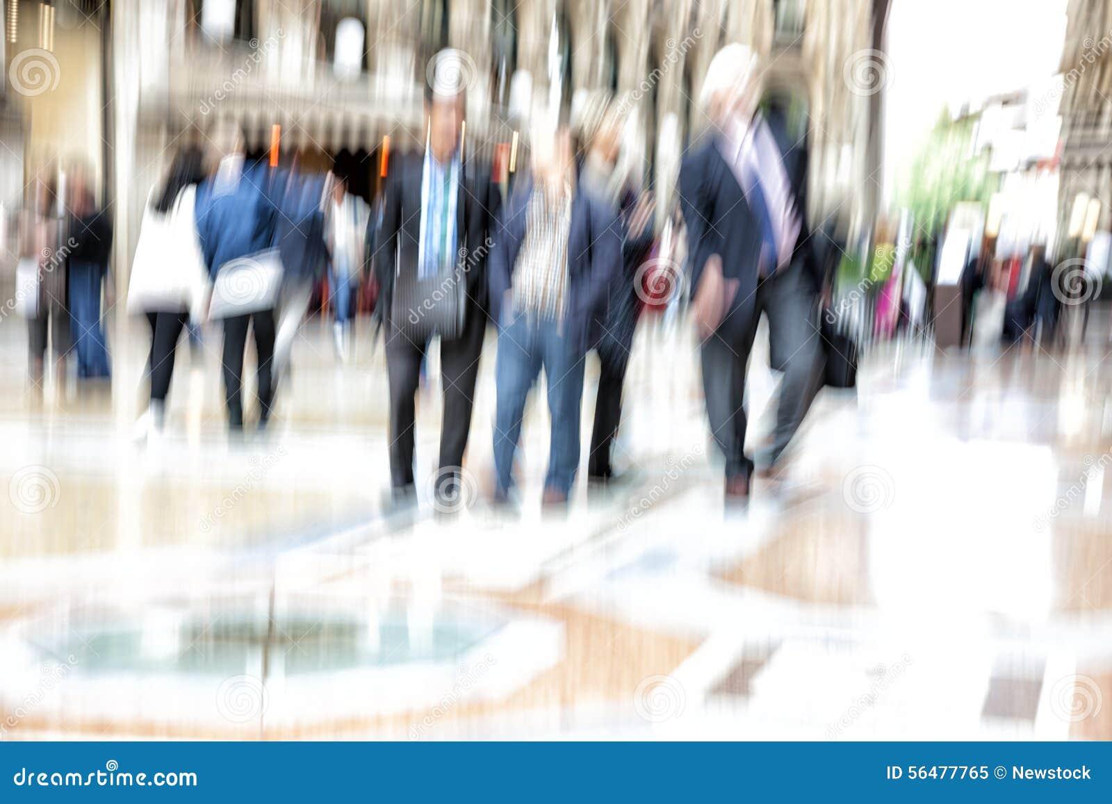 Mouvement urbain, les gens marchant dans la ville, tache floue de mouvement, effet de bourdonnement