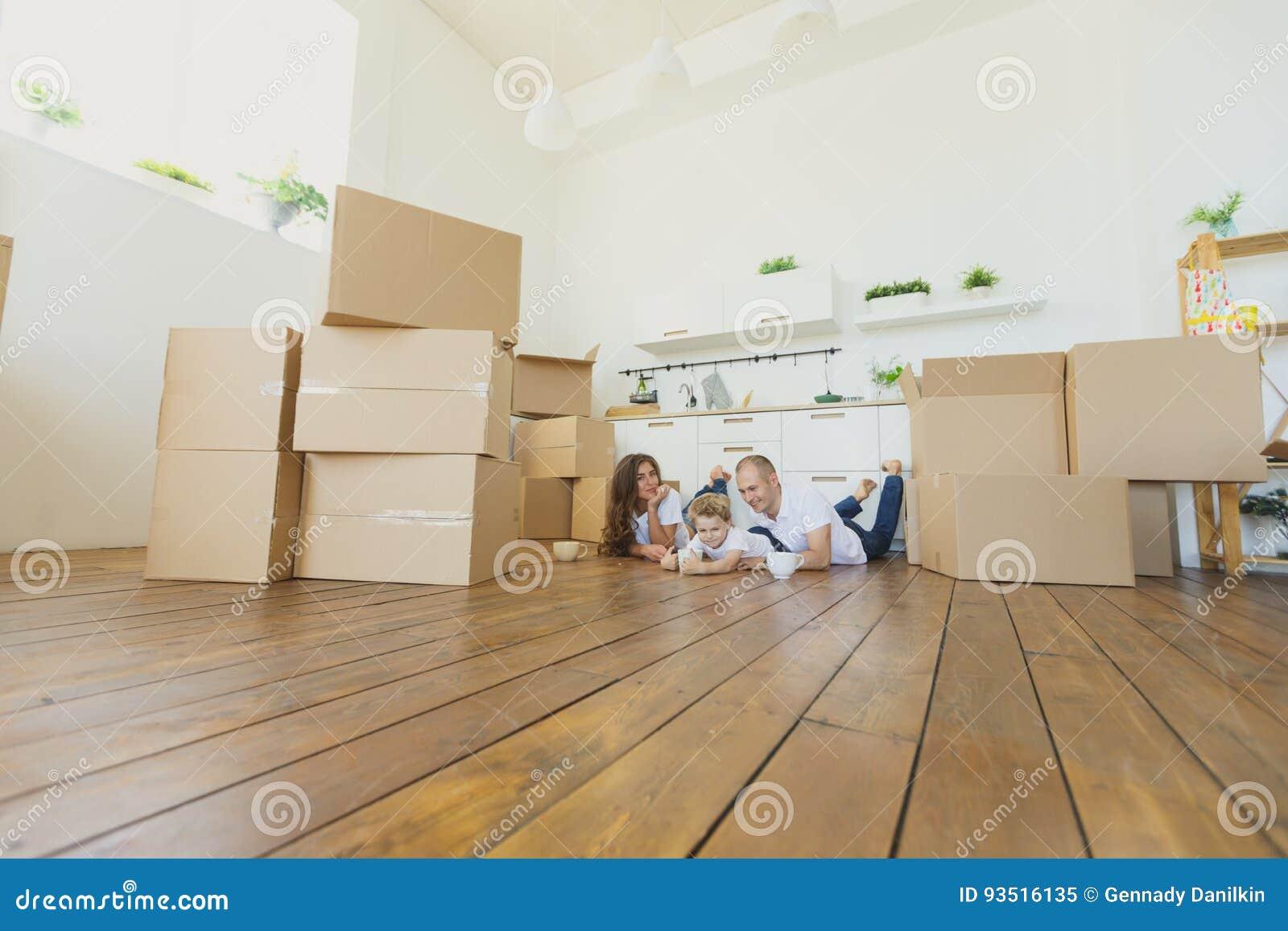 Mover-se para uma HOME nova Família feliz com caixas de cartão