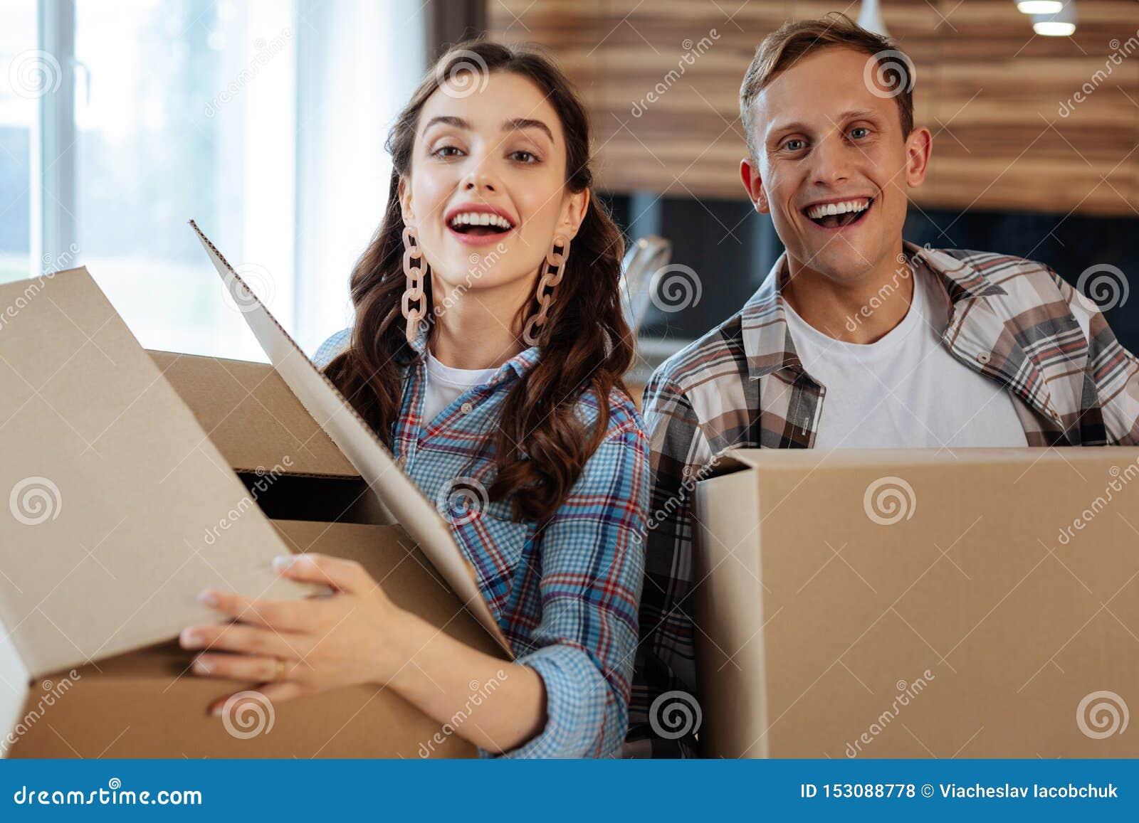Mover-se satisfeito do casal sentimento justo para a casa nova