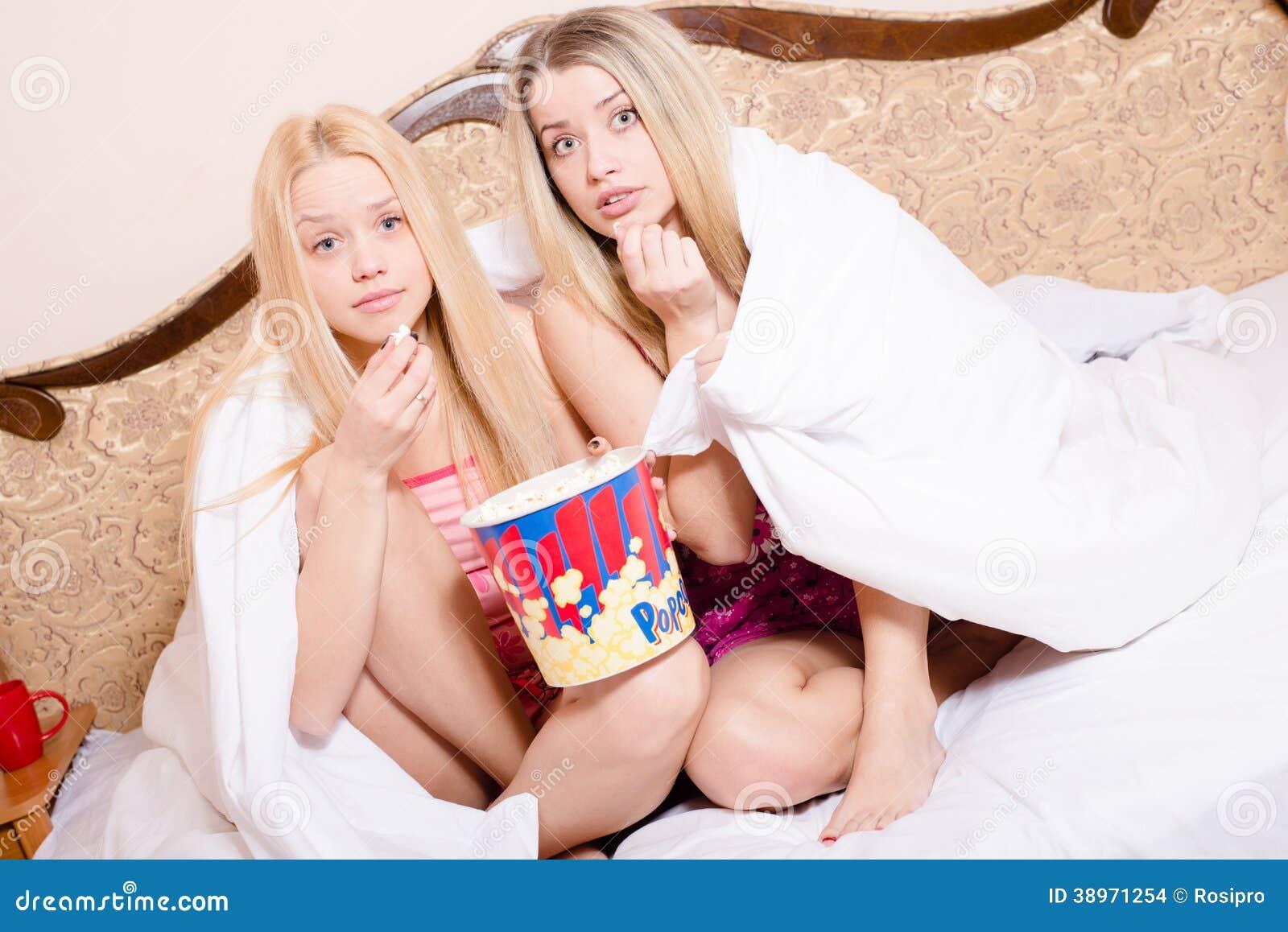 Недетские шалости двух юных блондинок