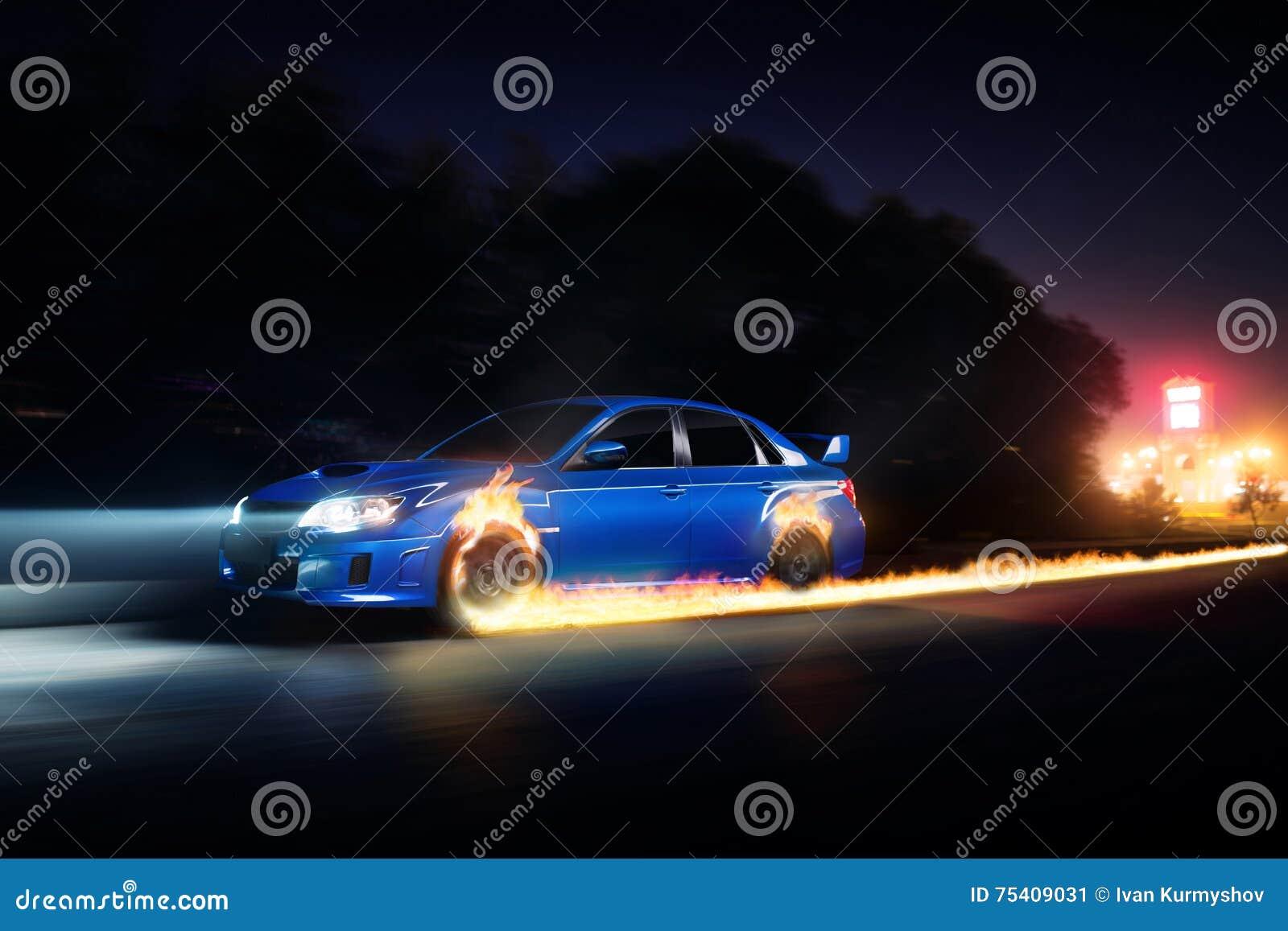 A movimentação azul do carro na estrada do campo do asfalto com fogo roda na noite