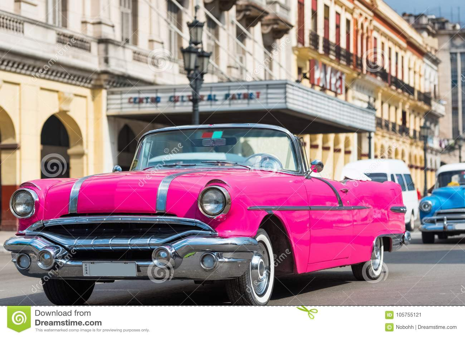 Movimentação clássica convertível cor-de-rosa americana do carro de Pontiac com os turistas com Havana Cuba - a reportagem de Ser