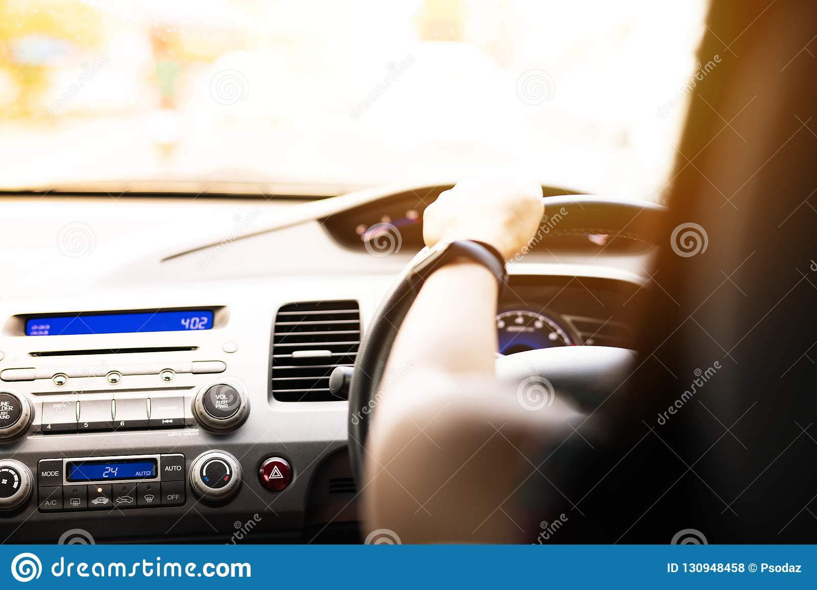 Movimentação, controle de velocidade e distância seguros da segurança na estrada, conduzindo com segurança