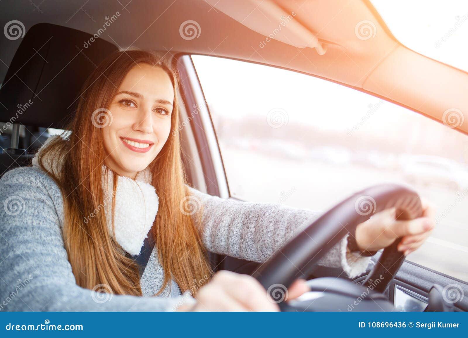 Movimentação da jovem mulher um carro no inverno