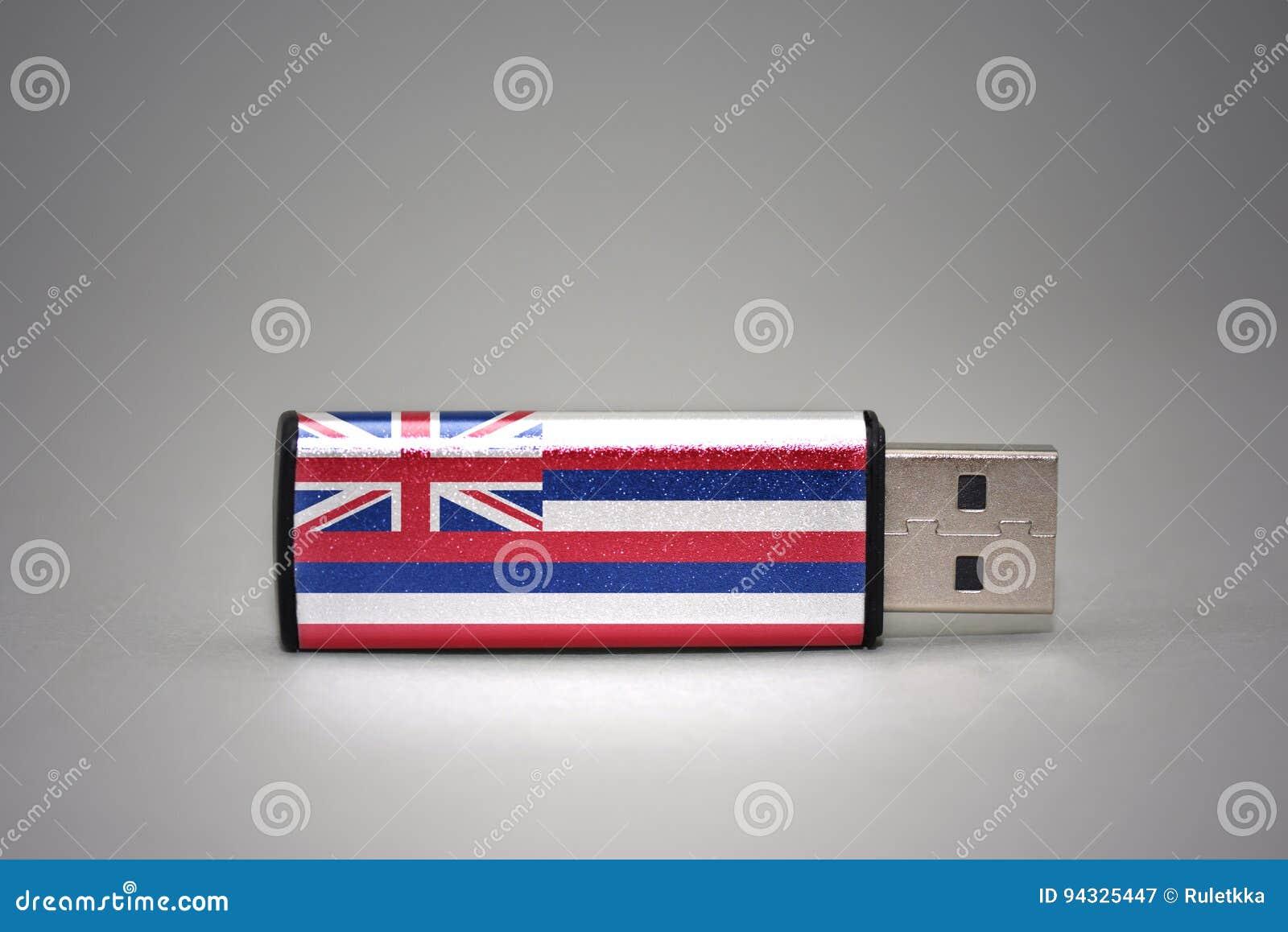 Movimentação do flash do Usb com a bandeira do estado de Havaí no fundo cinzento