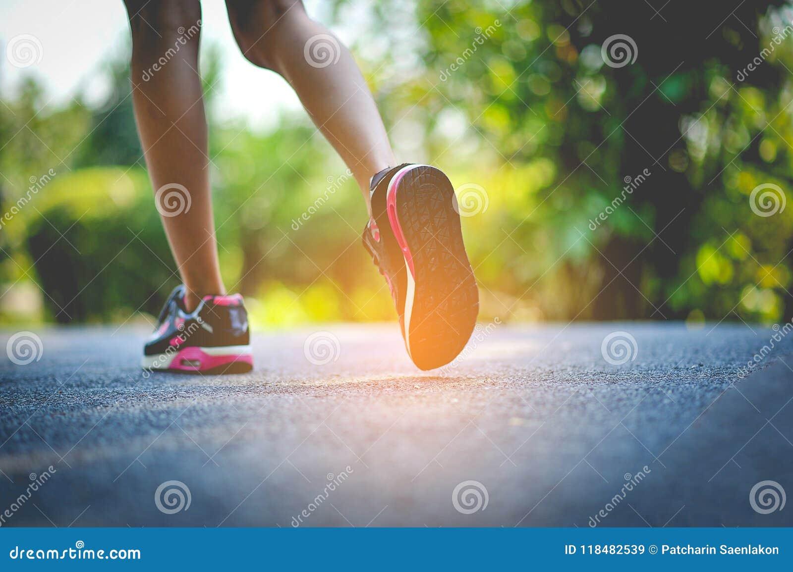 Movimentar-se com as sapatas dos esportes no feriado para a saúde e a beleza E redução gorda