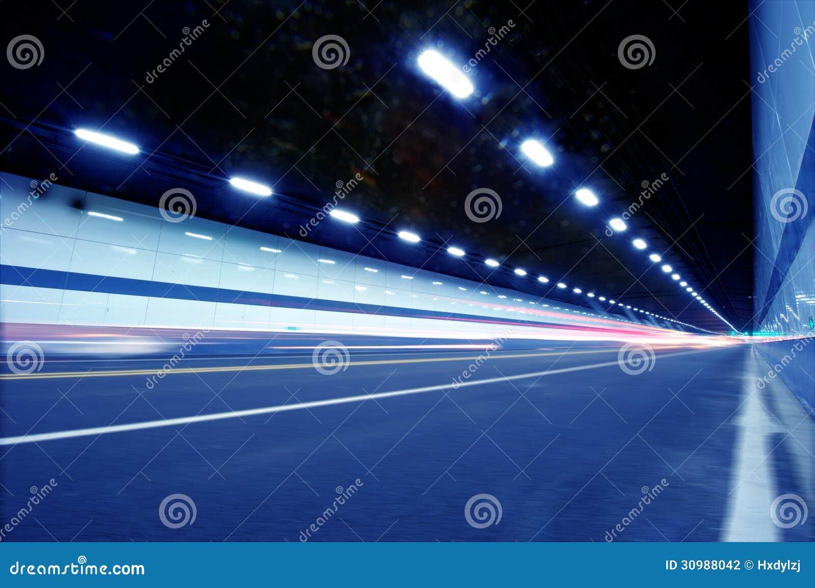 Movimento abstrato da velocidade no túnel urbano da estrada da estrada