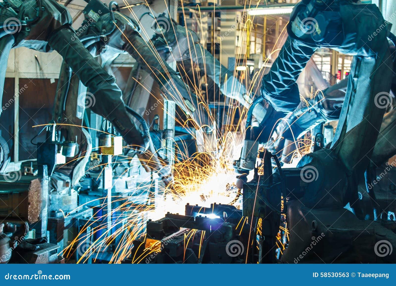 Movimento do robô de soldadura em uma fábrica do carro