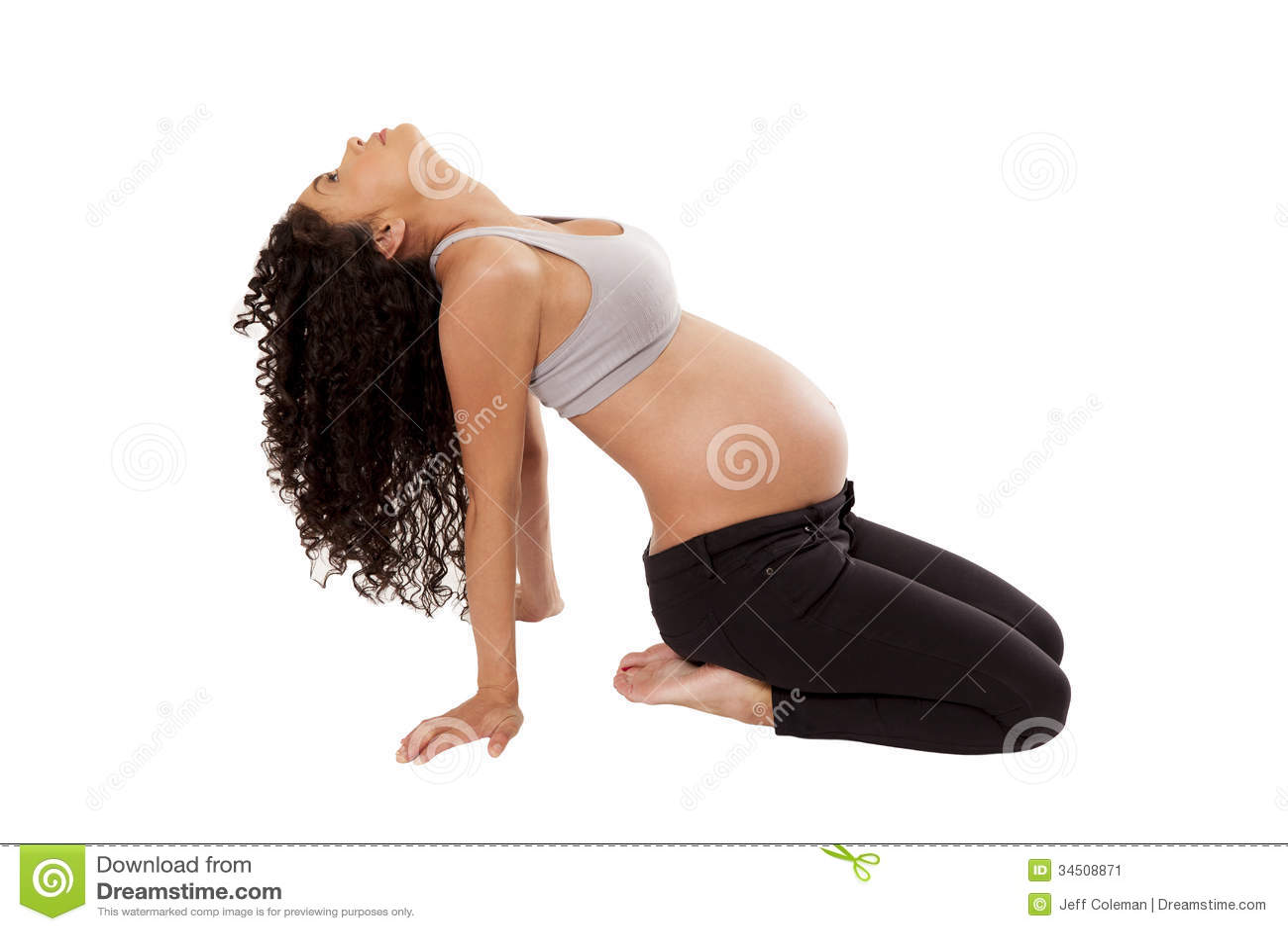 Movimentos da ioga executados por uma mulher gravida.