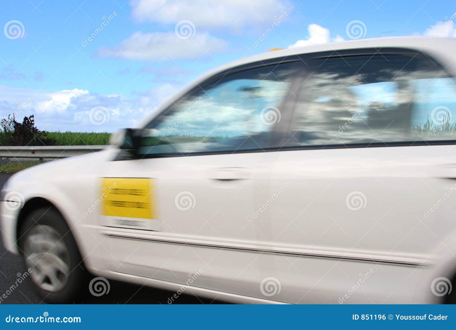 Movimiento de la falta de definición del taxi que apresura