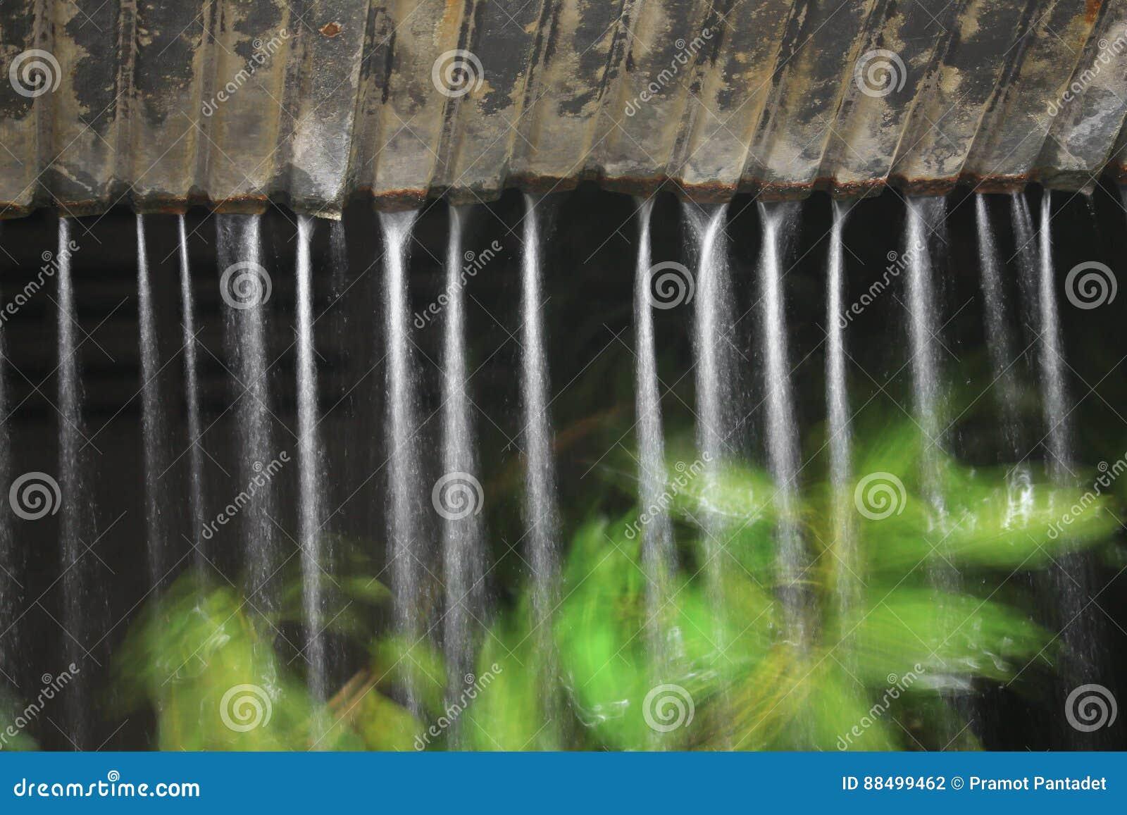 Movimiento De La Lluvia Del Agua Del Tejado En La Noche Foto De