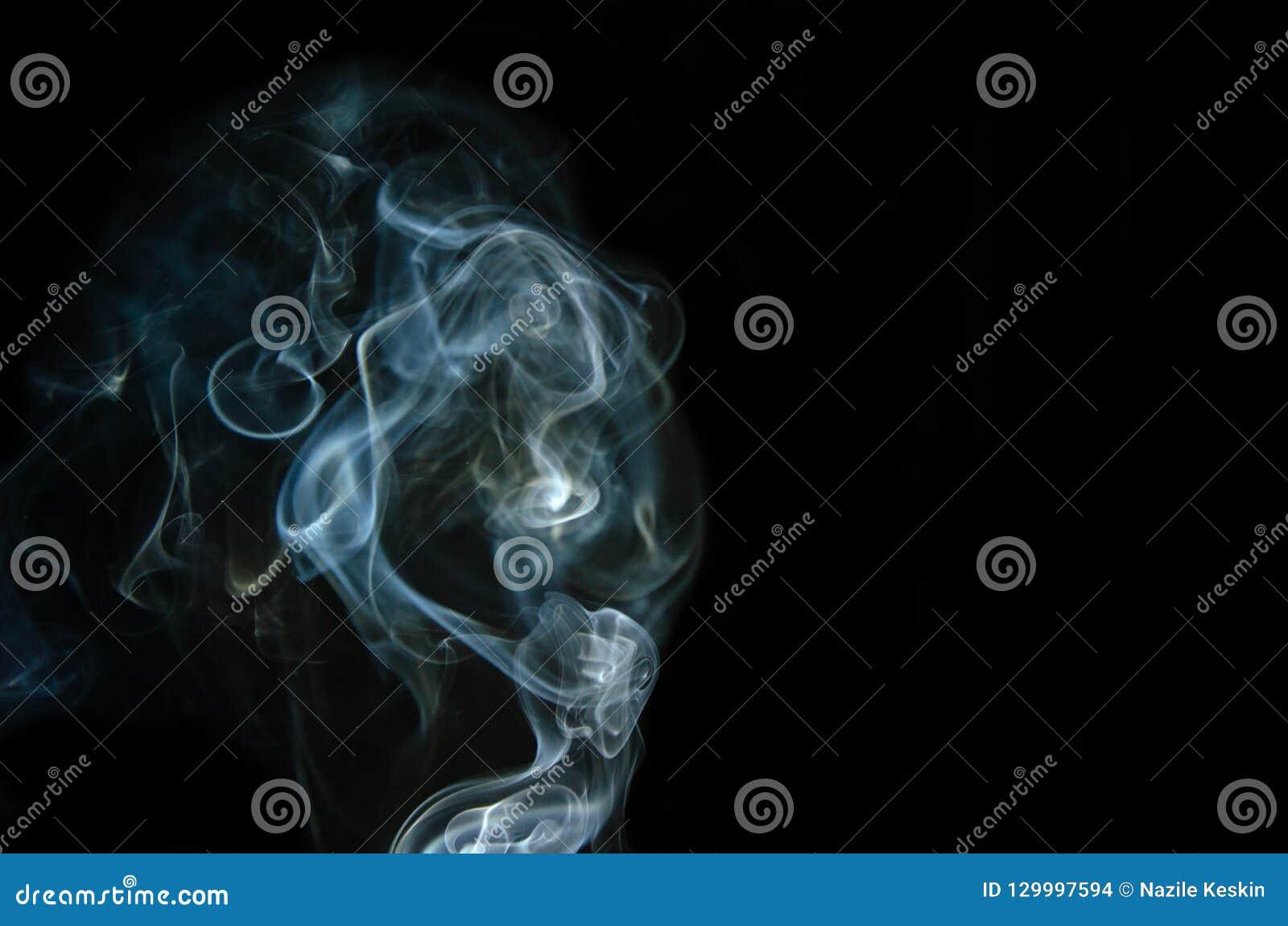 Movimiento del humo blanco aislado en fondo negro
