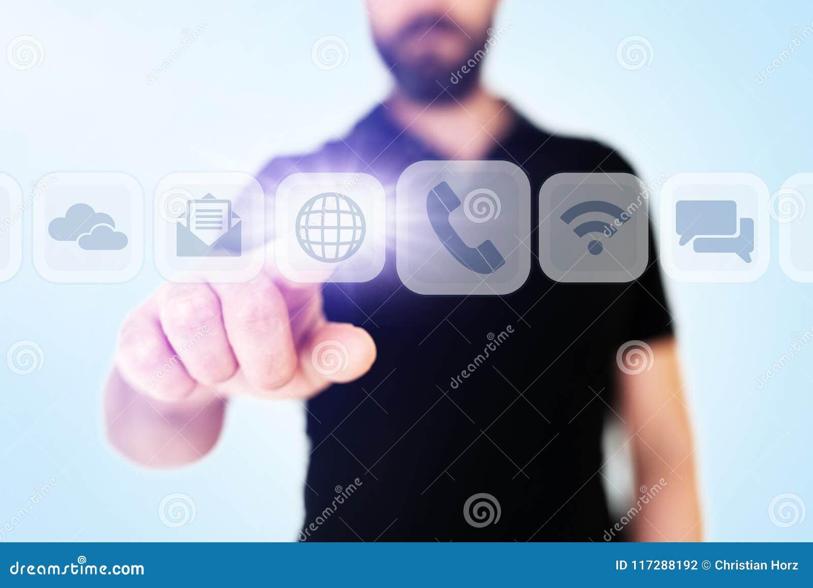 Movimiento en sentido vertical del hombre de negocios a través de apps de la comunicación en interfaz translúcido del indicador d