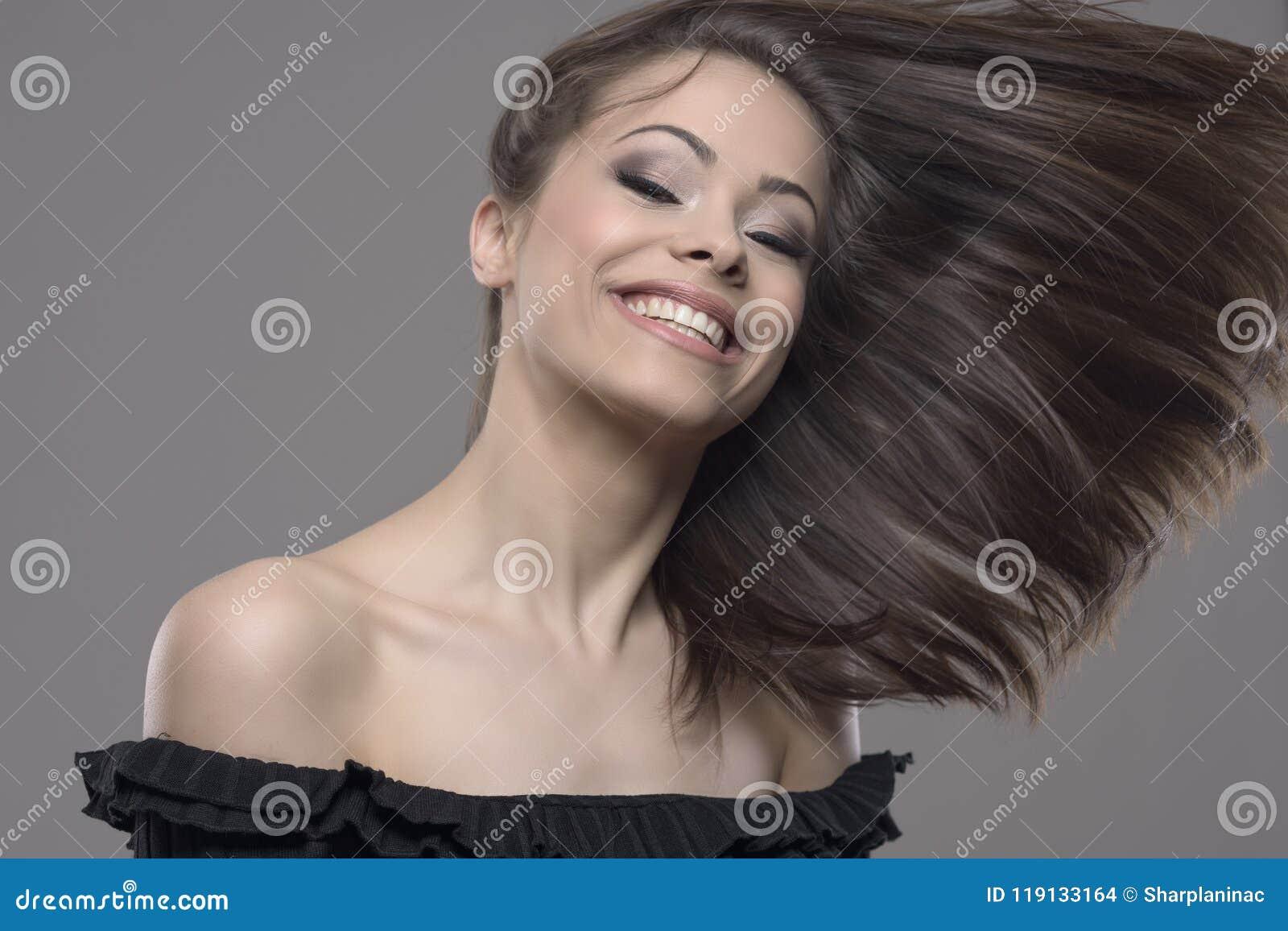 Movimiento parado del pelo hermoso de la mujer del vuelo ventoso