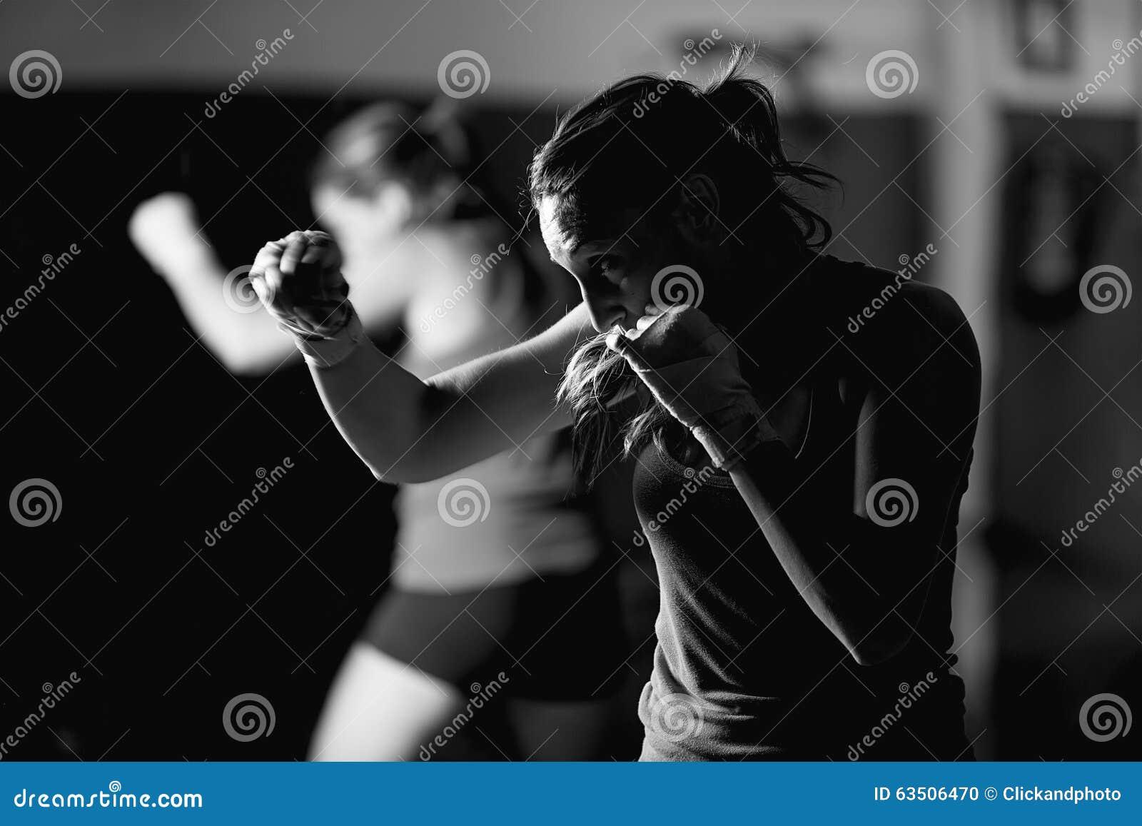 Movimientos practicantes del boxeador de sexo femenino joven profesional