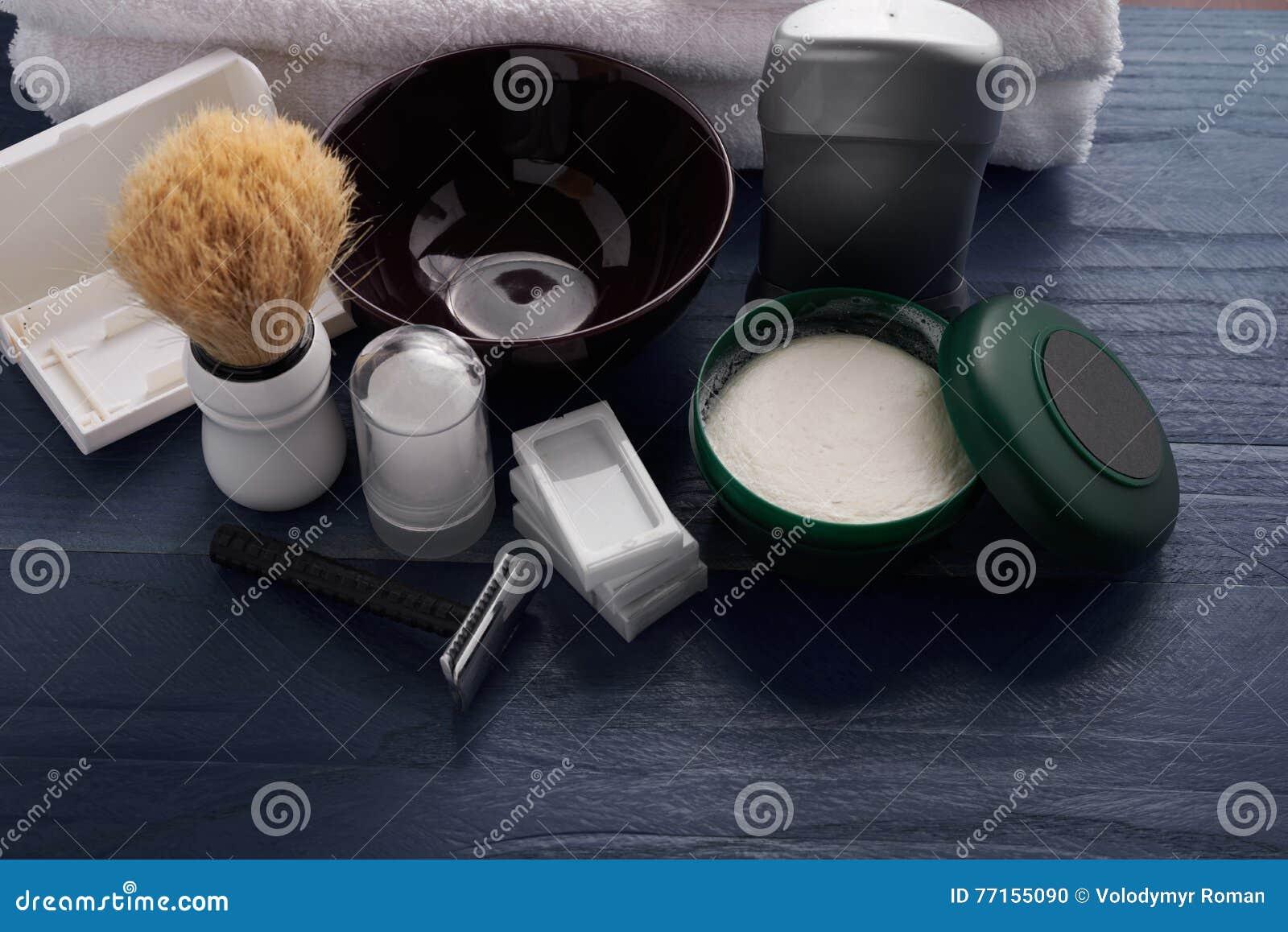 Moyens pour le mâle rasant le vintage sur la table