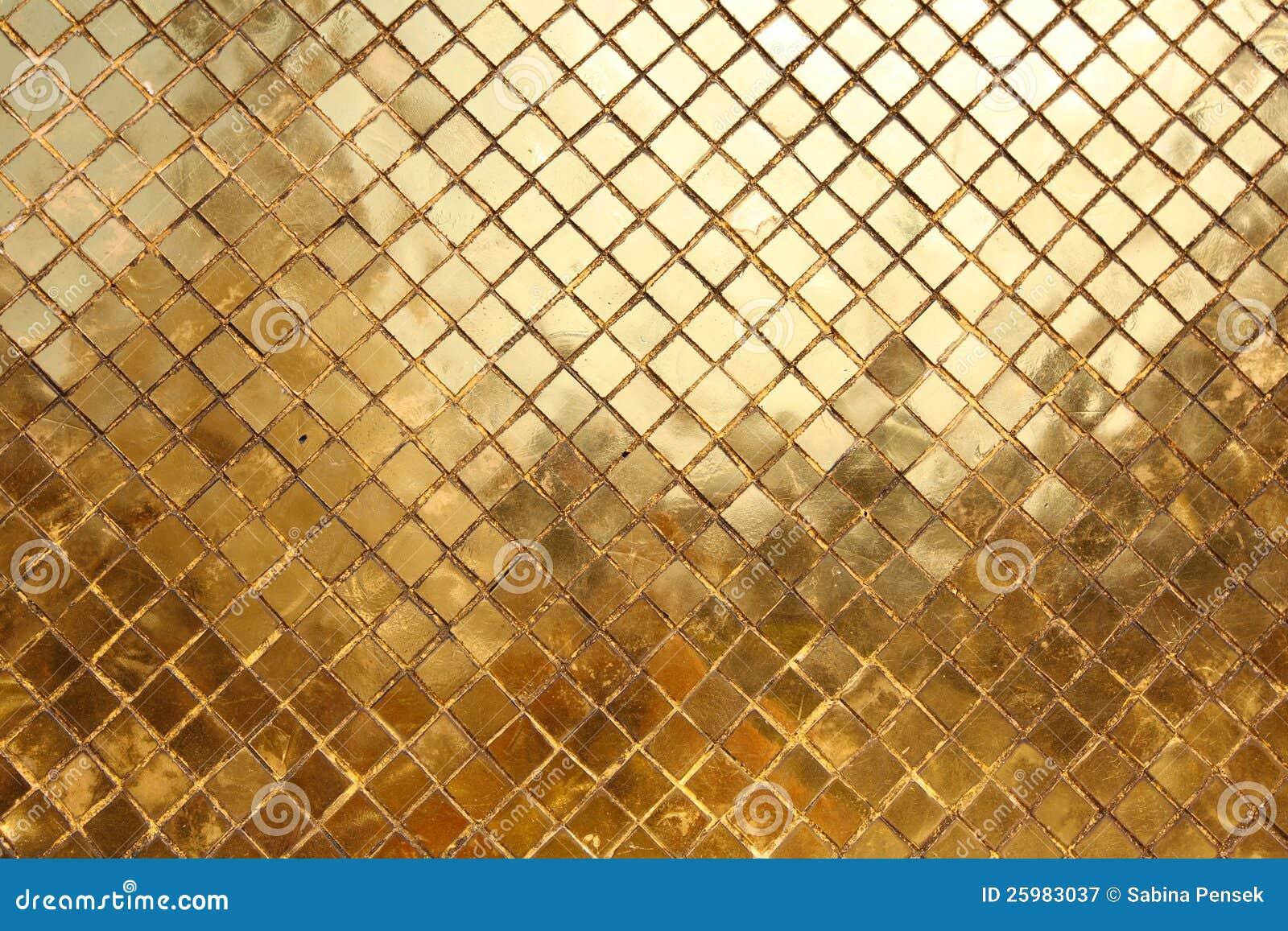 Gouden Mozaiek Tegels : Mozaïek dat van gouden tegels achtergrond wordt gemaakt stock