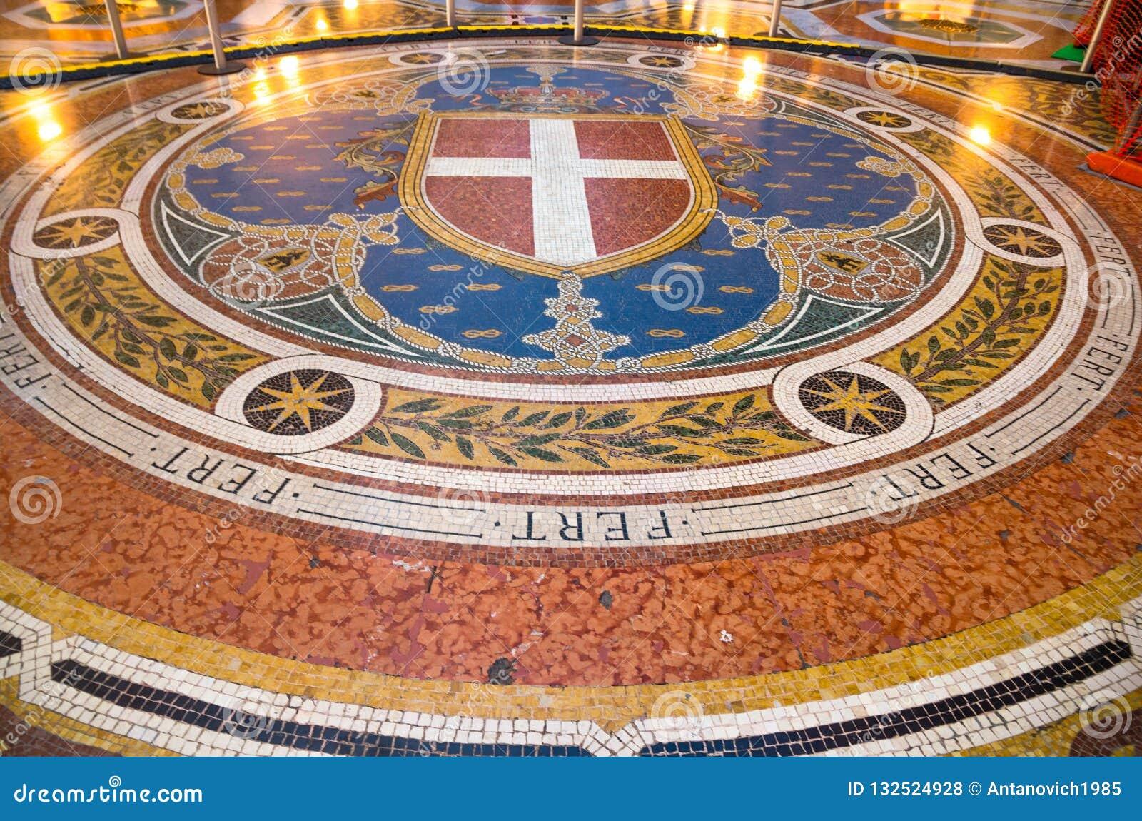 Mozaiki podłogi galerii Vittorio Emanuele II sławny centrum handlowe, Mediolan, Włochy