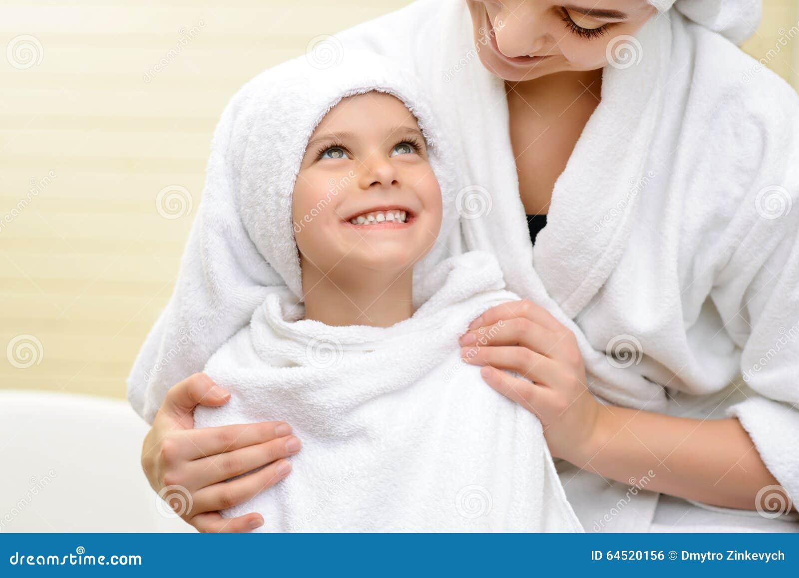 Mere dans la salle de bain 28 images mere dans la salle de bain obasinc la m 232 re fait for Comfemme nue dans la salle de bain