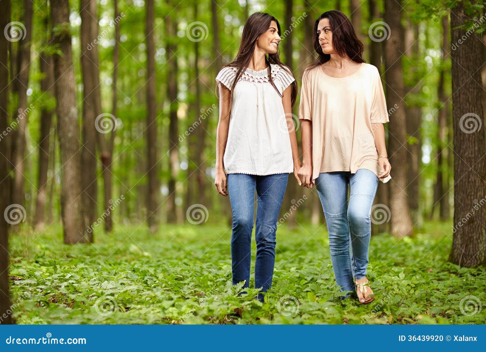 m re et fille marchant main dans la main photo stock image 36439920. Black Bedroom Furniture Sets. Home Design Ideas