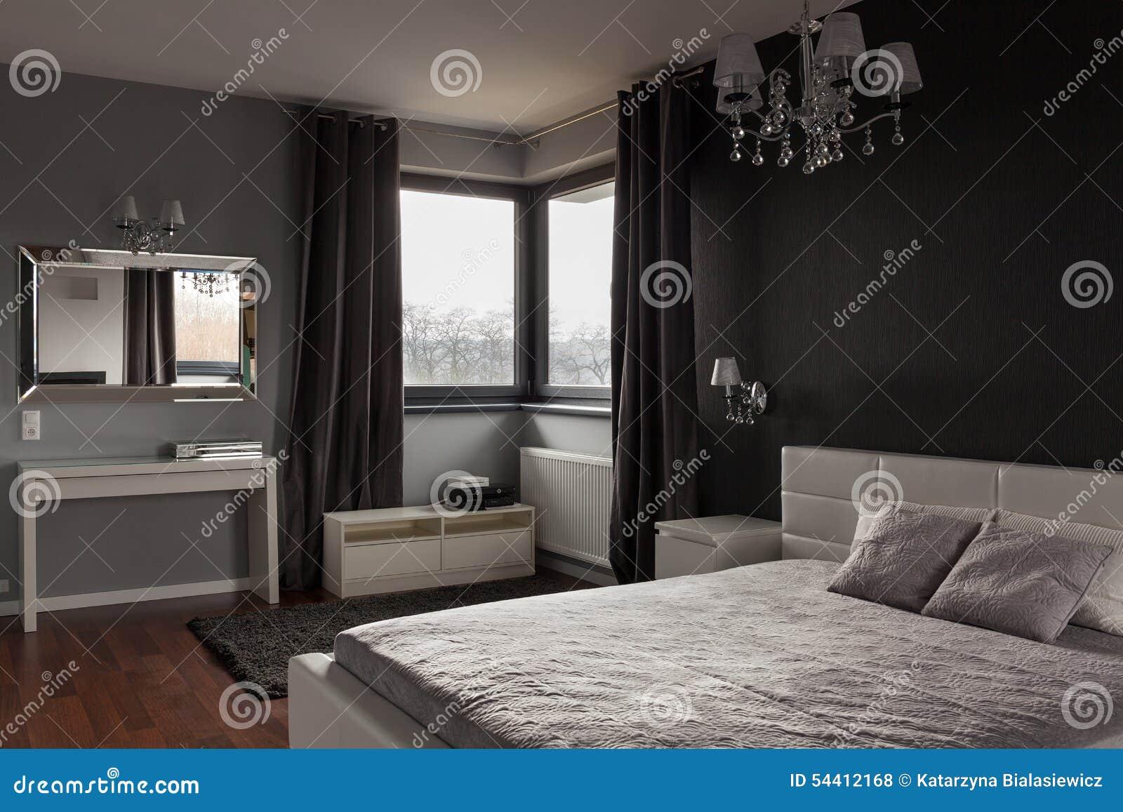 Mörkt Sovrum Med Jättelik Säng Arkivfoto - Bild: 49487510