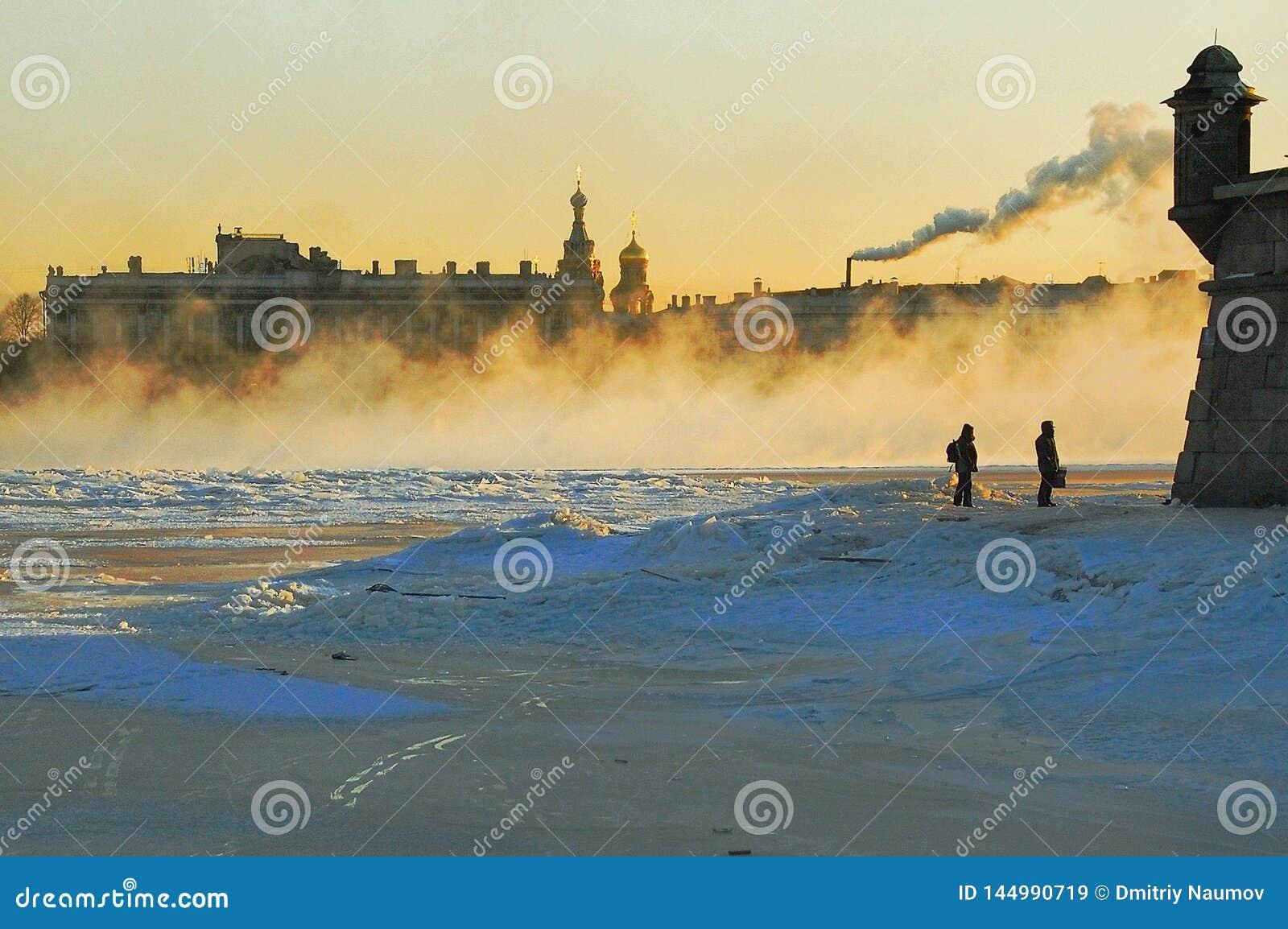 Mroźna mgła na rzecznym Neva w St Petersburg