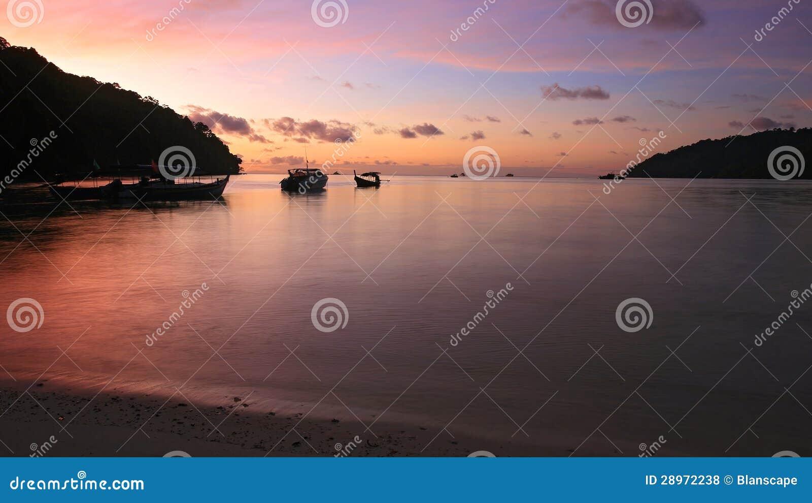 Mroczny sceniczny przy Andaman morzem