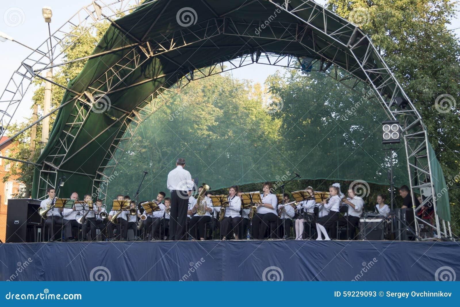Mstera, Rusia-agosto 8,2015: Juegos del músico de la orquesta en escena abierta