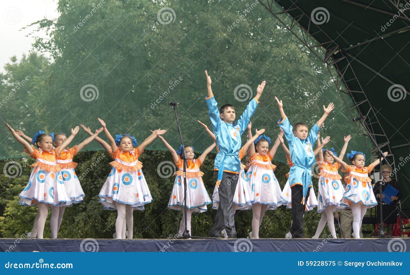 Download Mstera, Rusia-agosto 8,2015: Los Niños Bailan En Escena En El Día De La Ciudad Mstera, Rusia Imagen editorial - Imagen de grupo, outdoors: 59228575