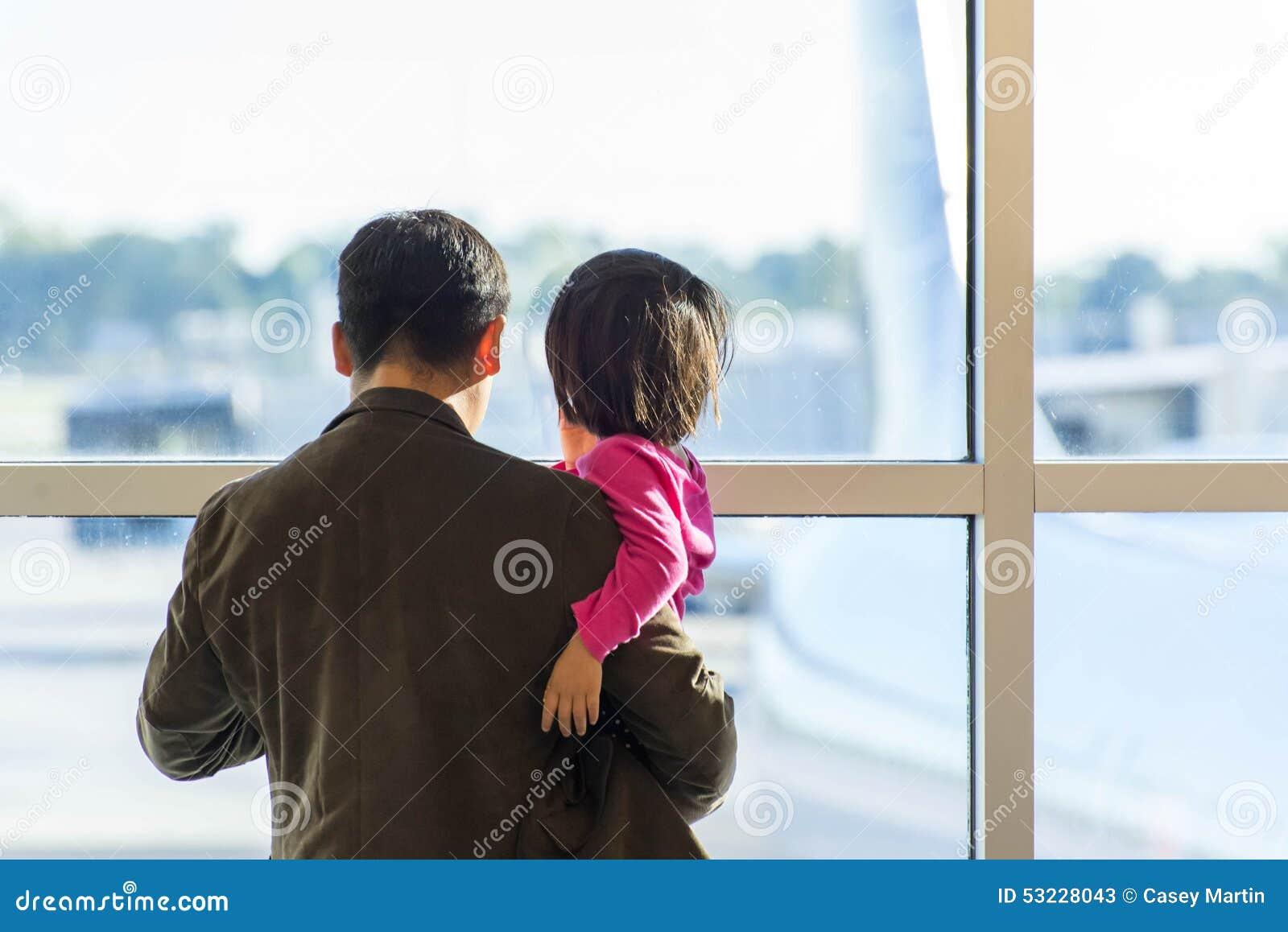 MSY, hombre y niño mirando hacia fuera la ventana el aeroplano